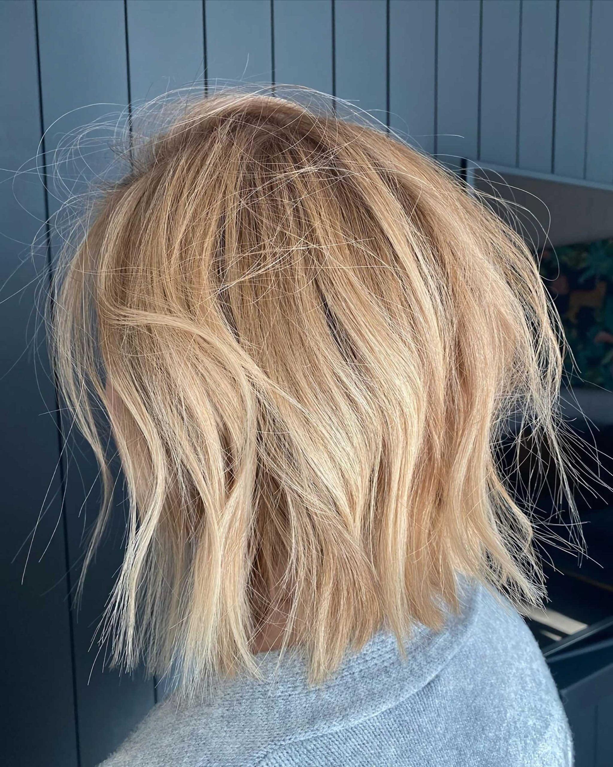 красивый беспорядочный боб со светлыми волосами