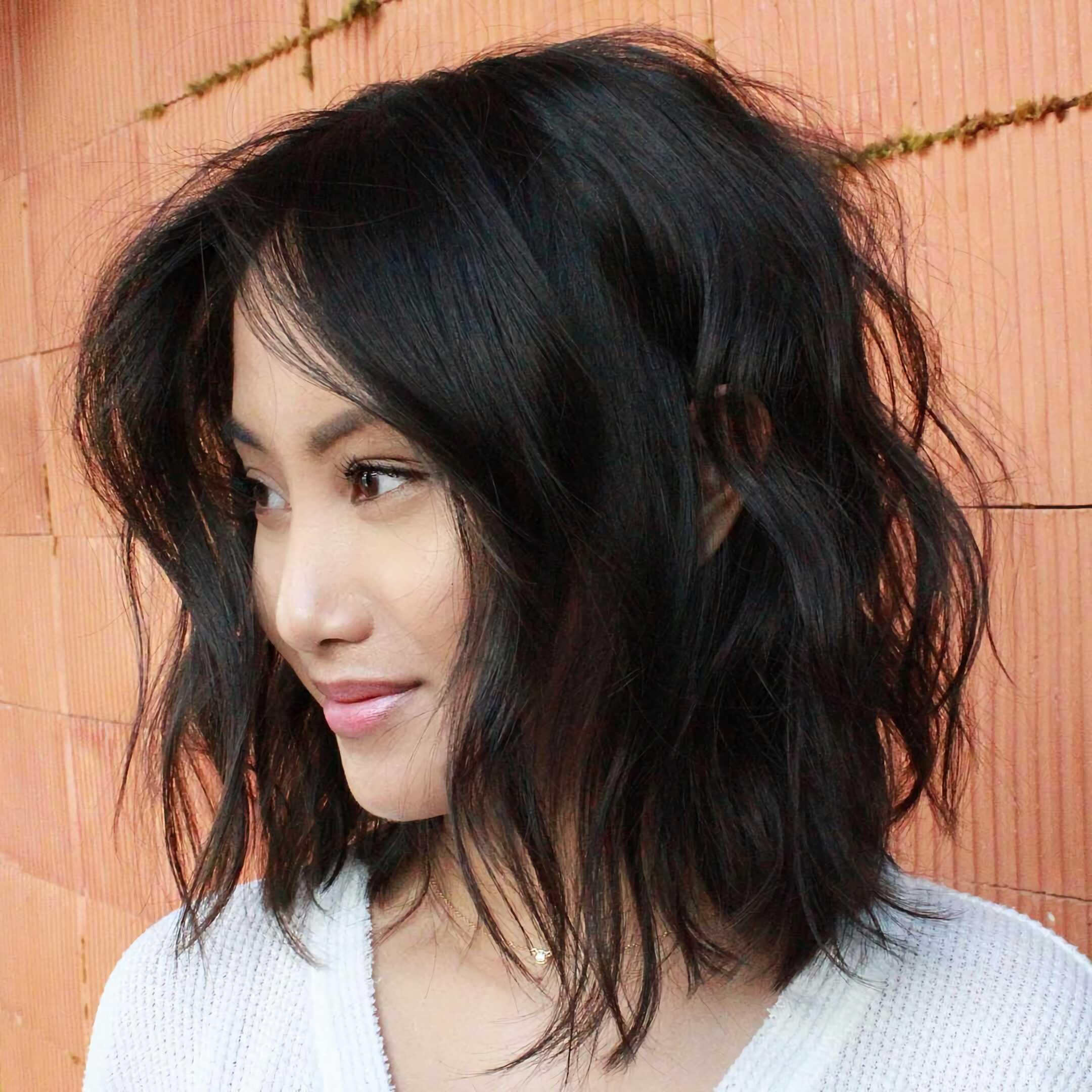 беспорядочная стрижка на средние волосы