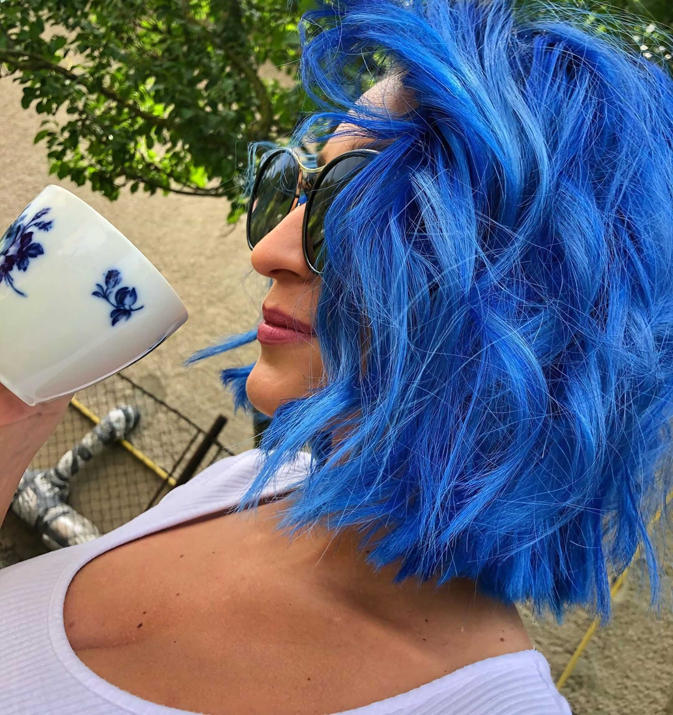 яркие синие волосы средней длинны