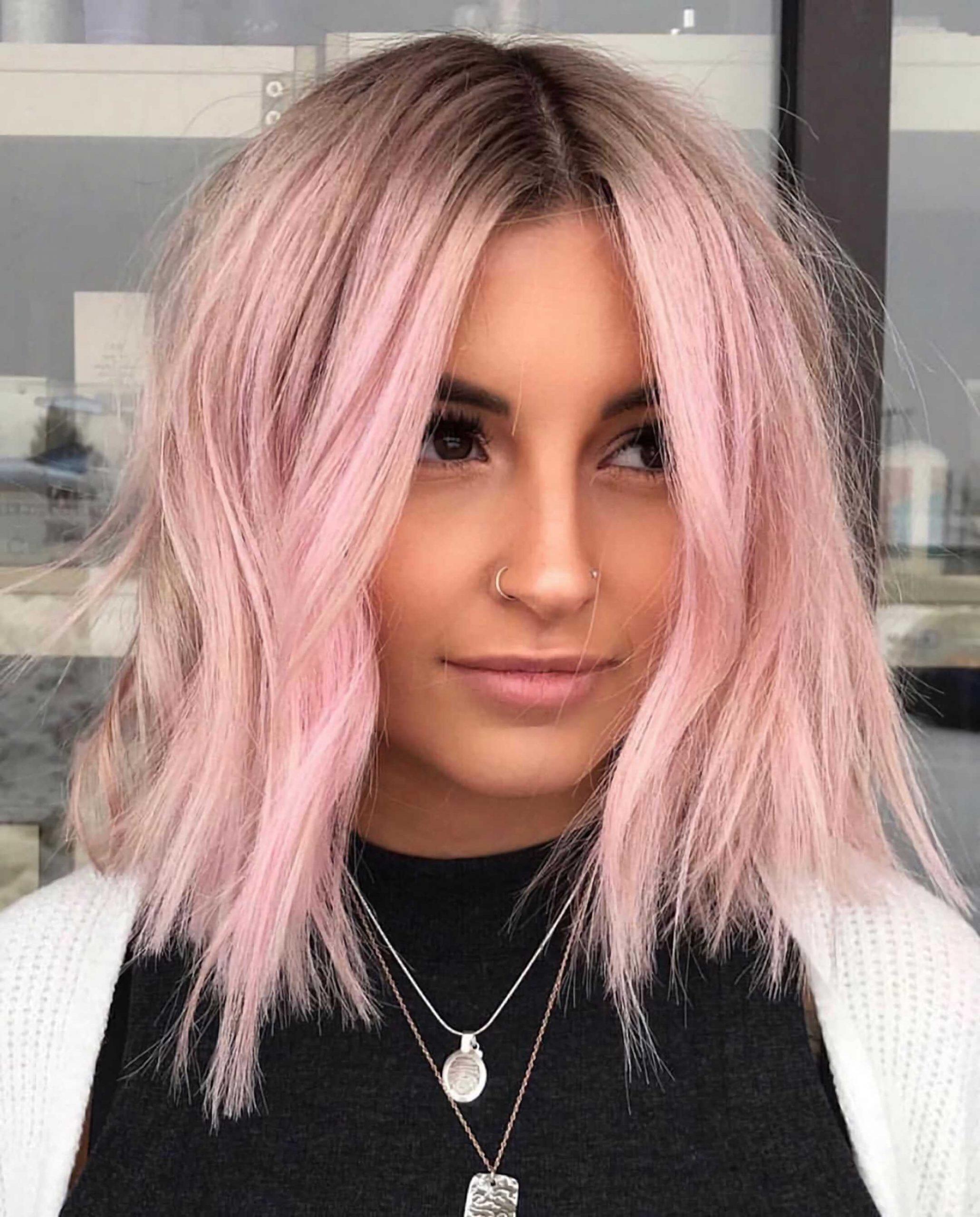 стильная стрижка на средние волосы с розовыми волосами
