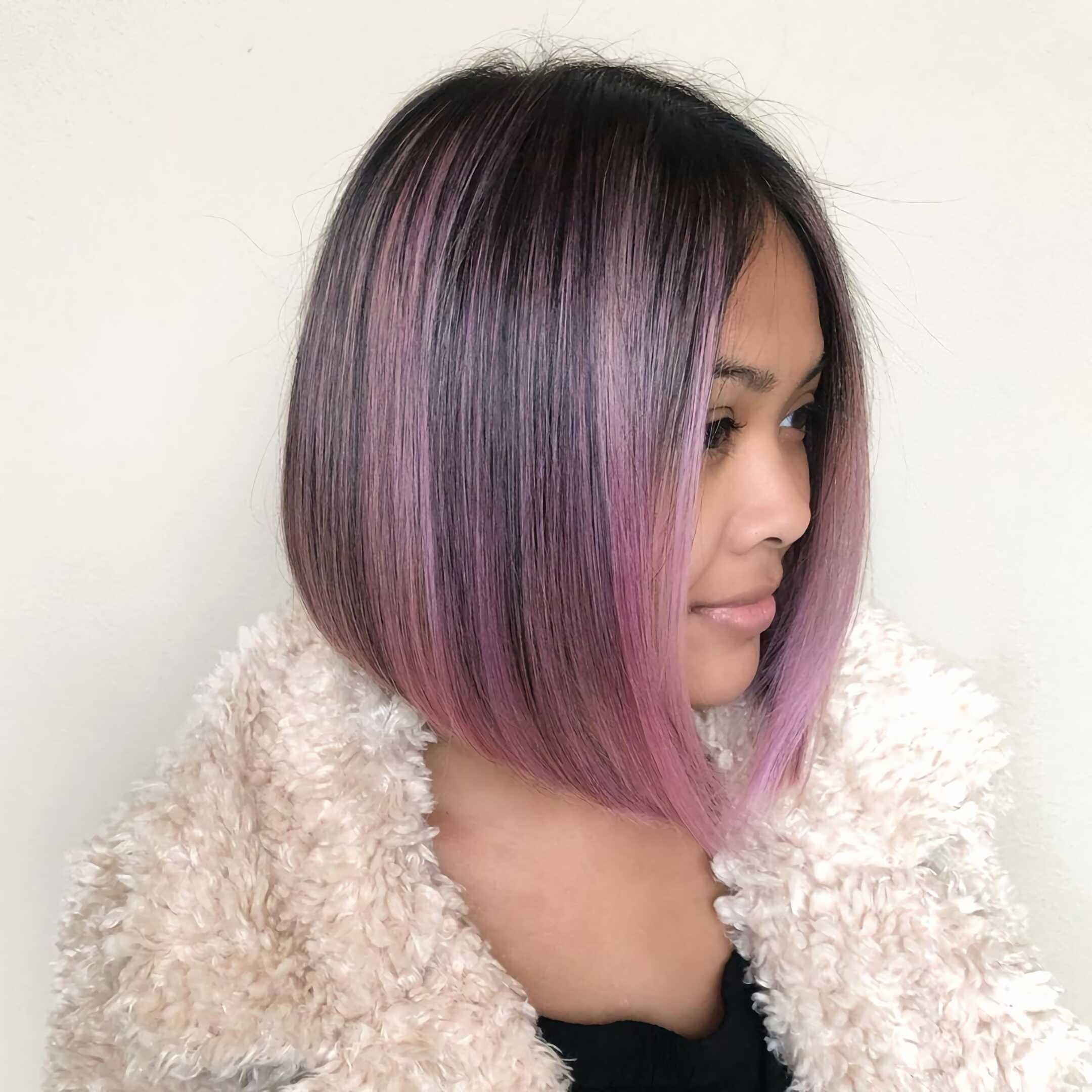 прямые пурпурные волосы средней длины