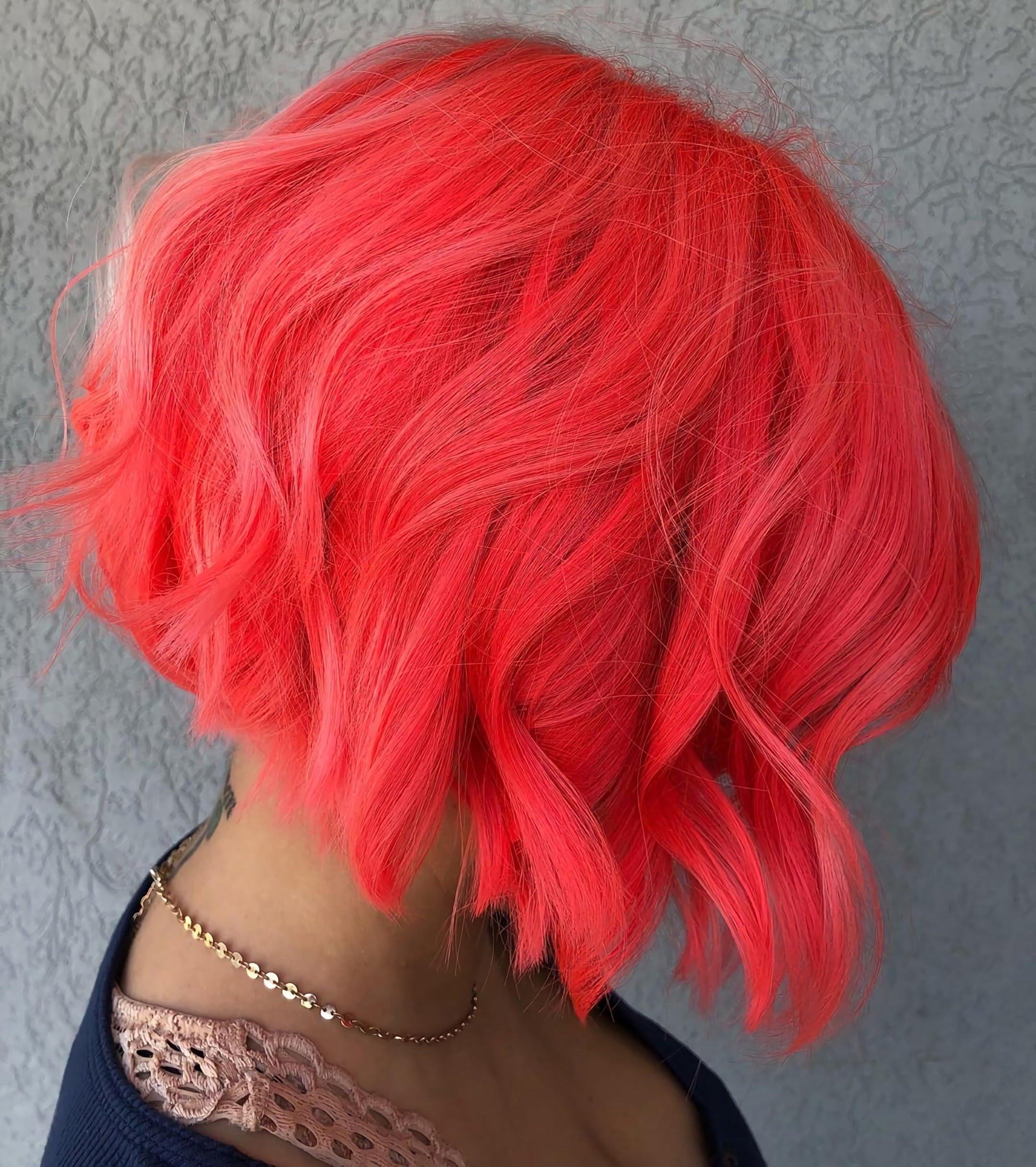 модные неоновые волосы красного цвета средней длины