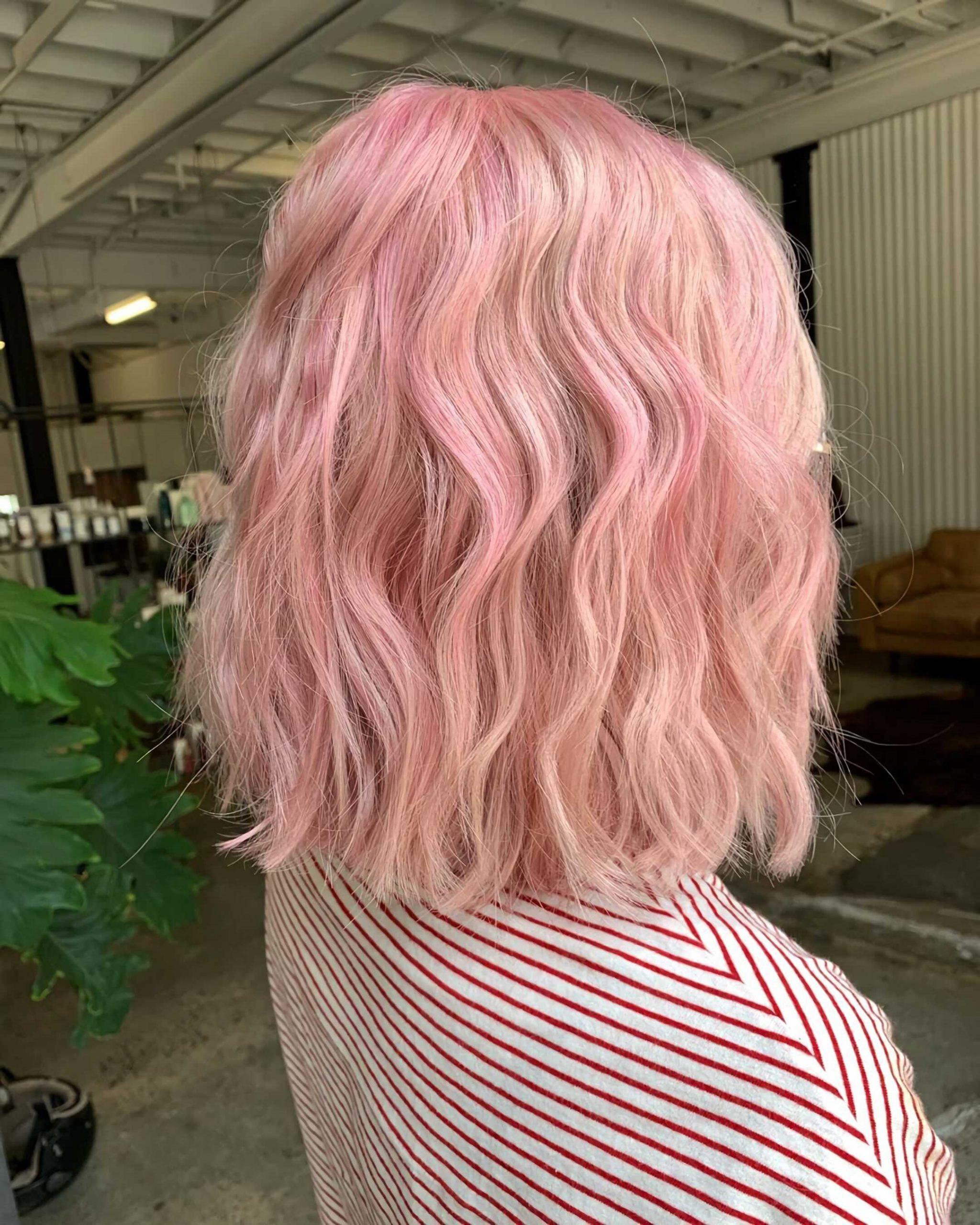 модный каскадный боб с розовым цветом