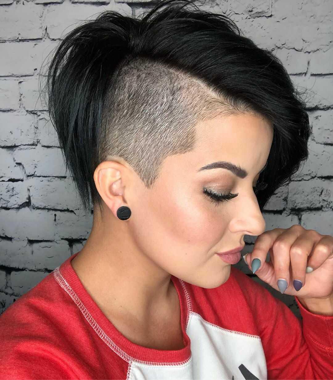 короткая прическа для волос с выбривания