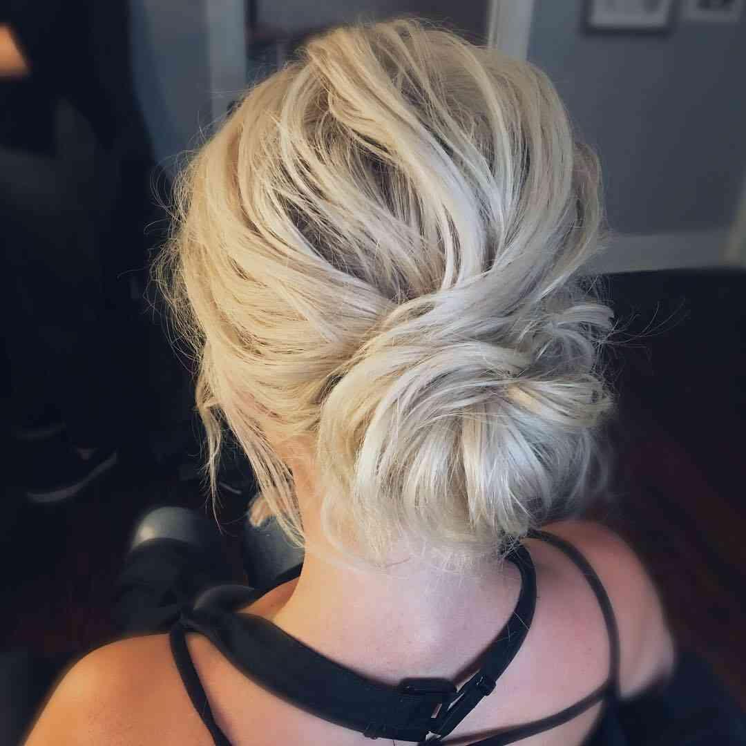 красива зачіска з пучком