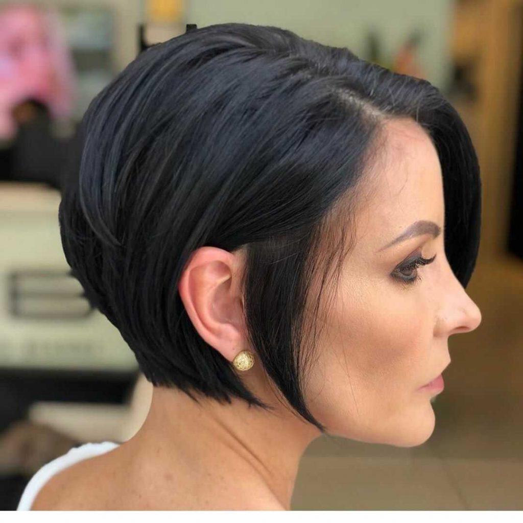 красива жіноча зачіска з роздвоєним каре