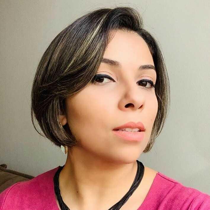 сучасна коротка зачіска з роздвоїним боб каре