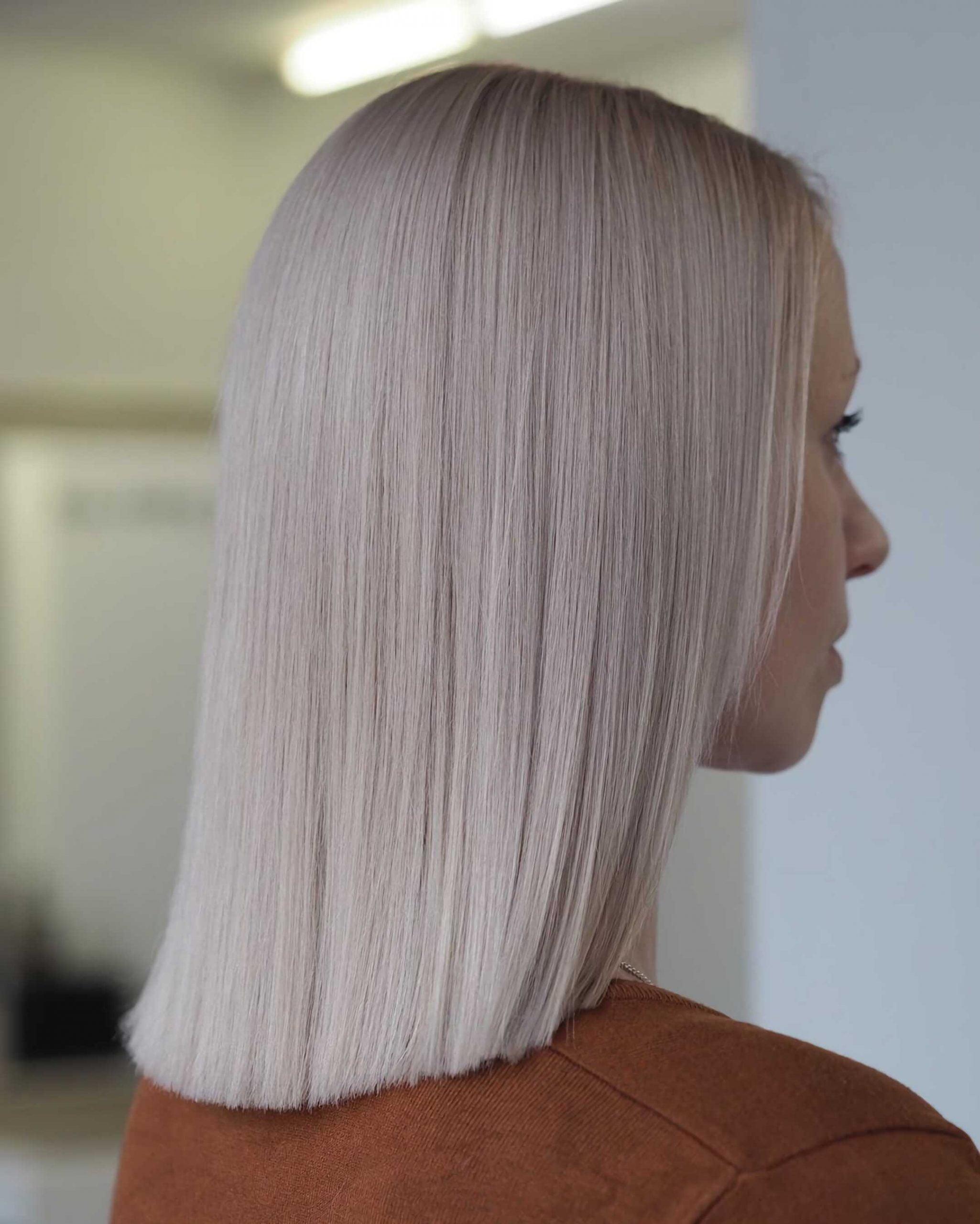 простая прическа с прямыми пепельными волосами средней длины