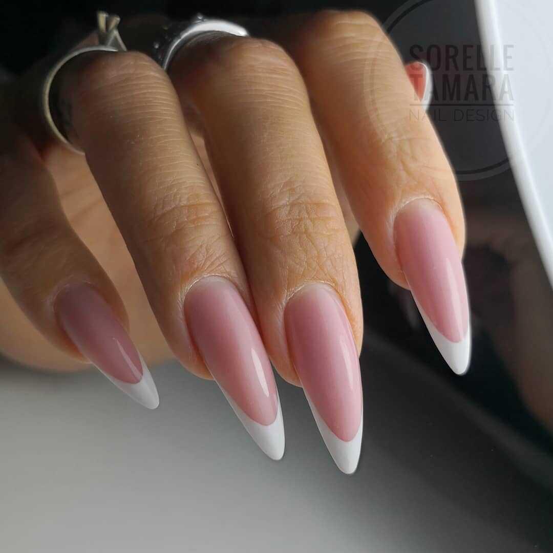 французский маникюр с ногтями в форме шпилек