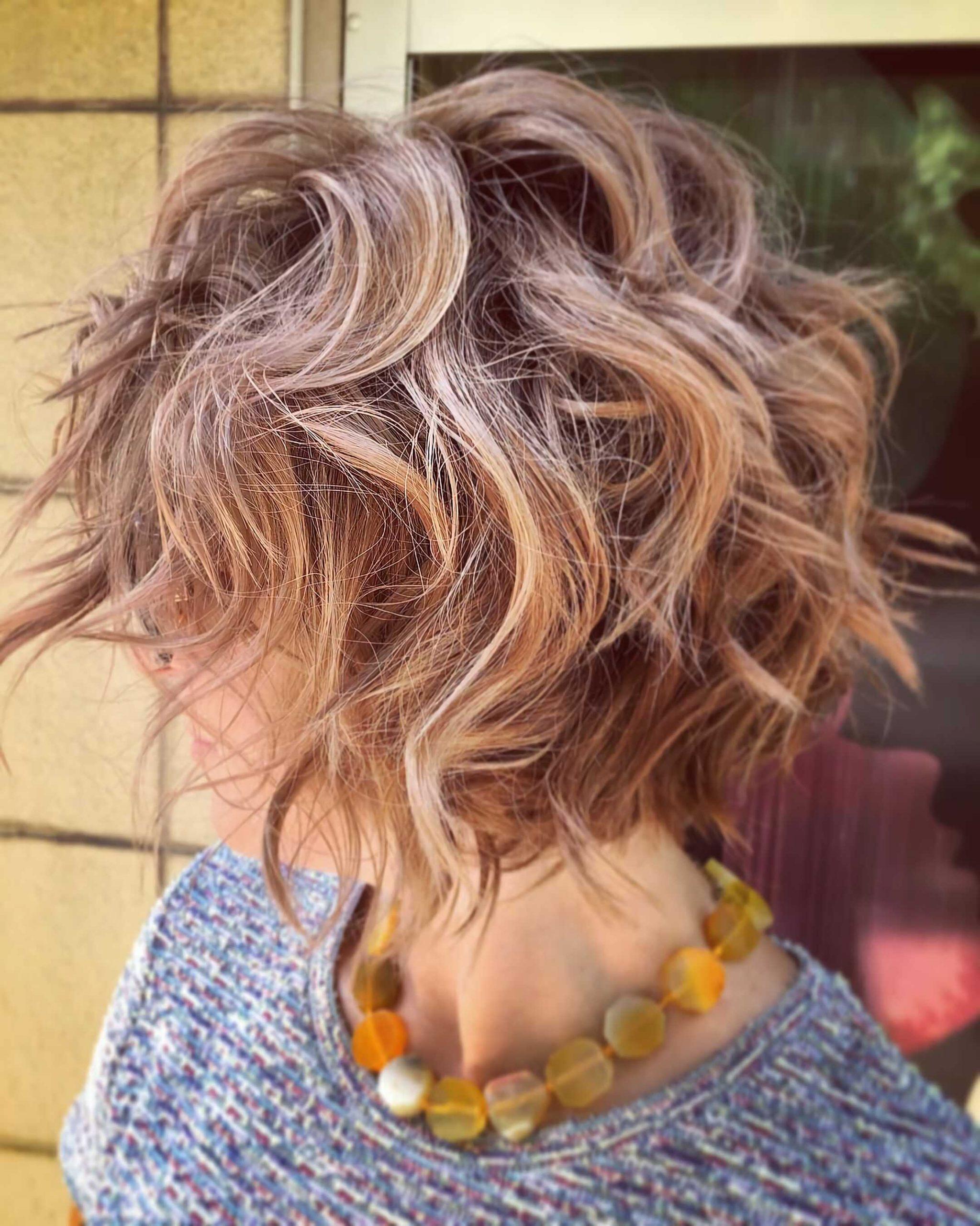 каскадный боб каре на средние, волнистые волосы