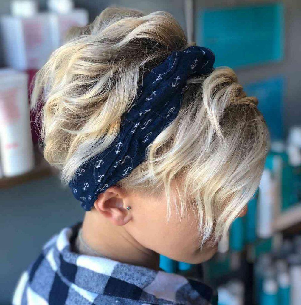 стильна зачіска з боковим піксі