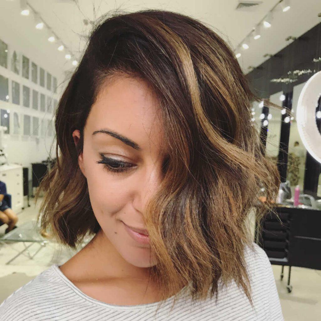 красива зачіска для короткого хвилястого волосся