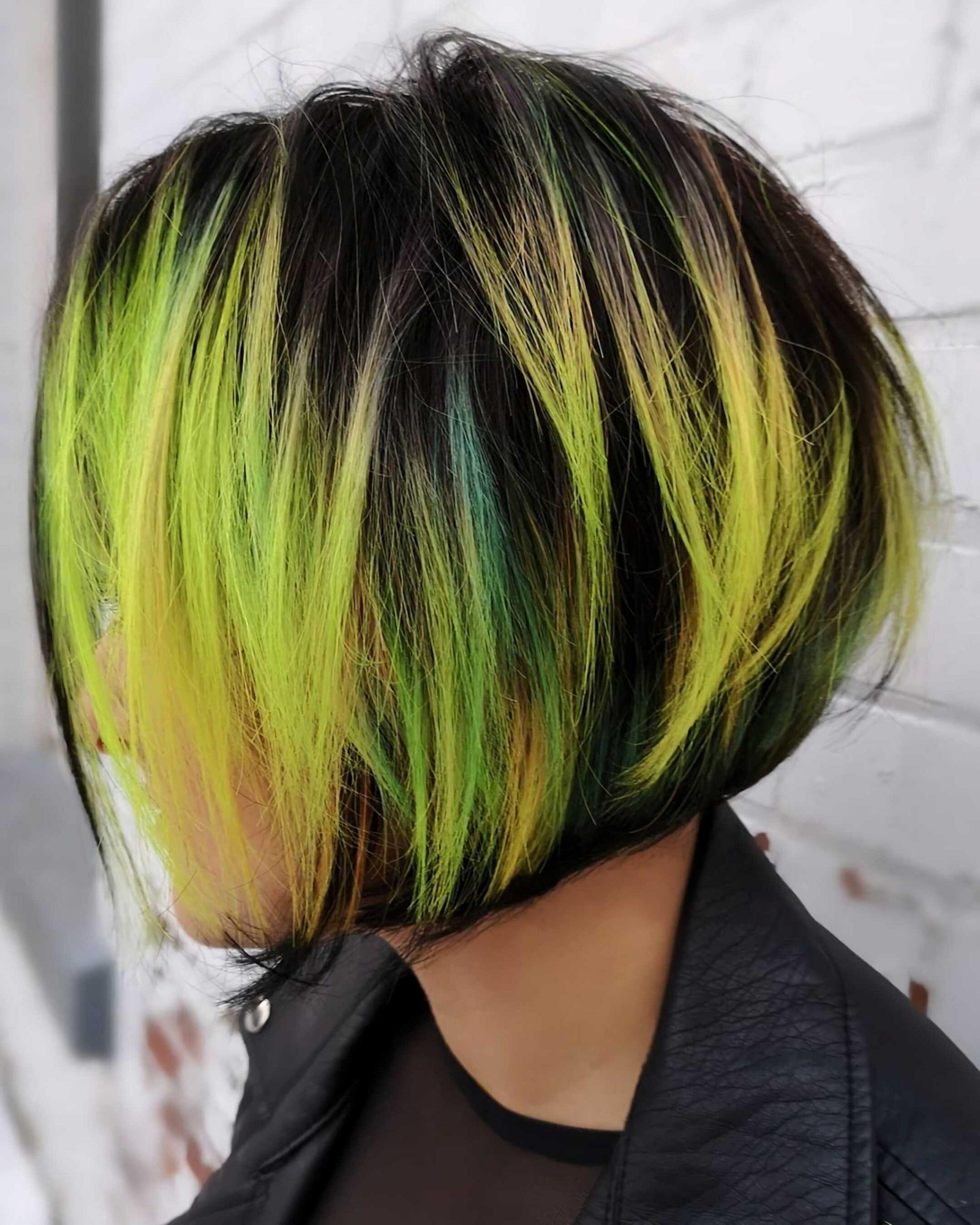 стильная стрижка боб с желтыми и зелеными волосами