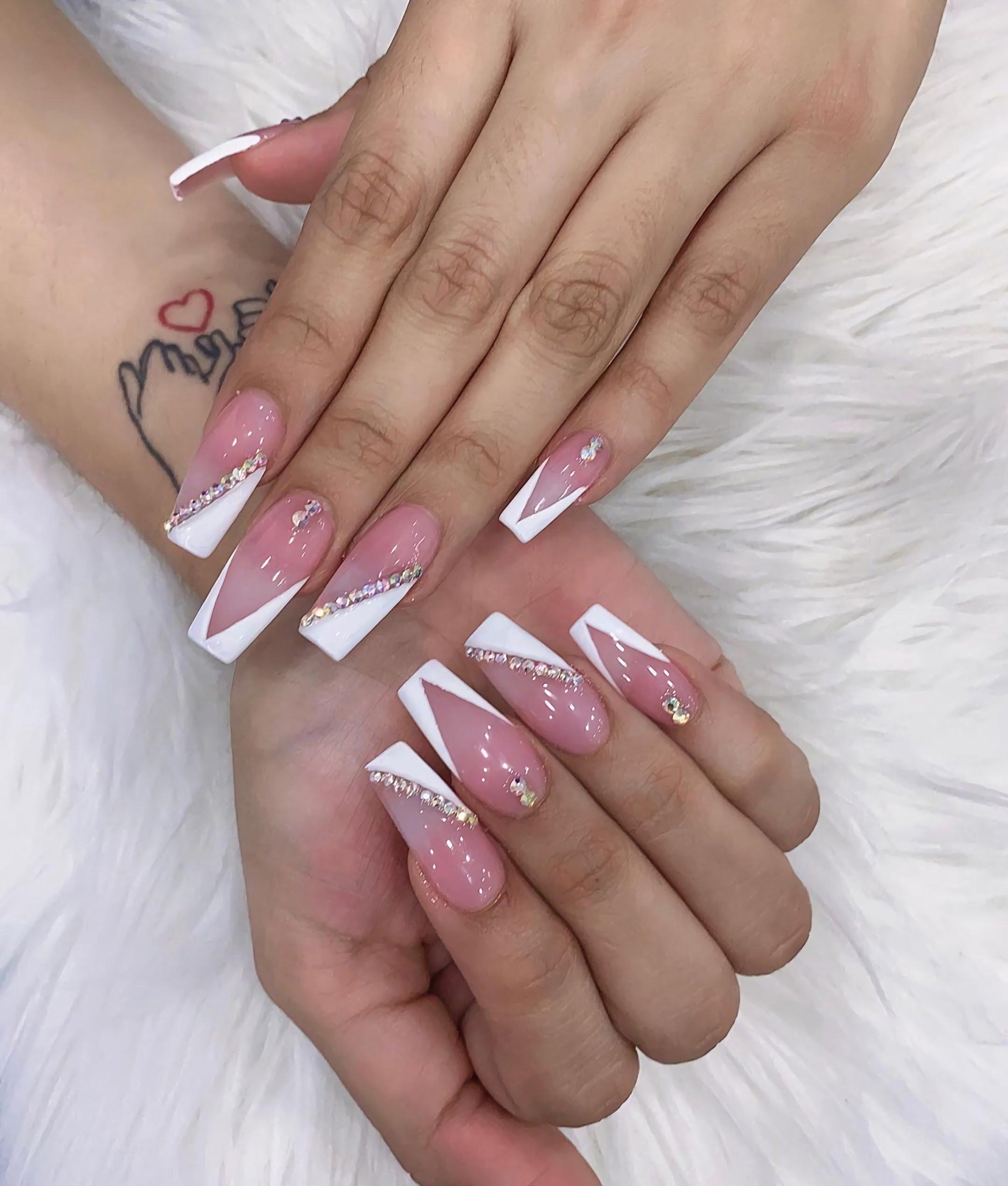 модный розовый и белый маникюр