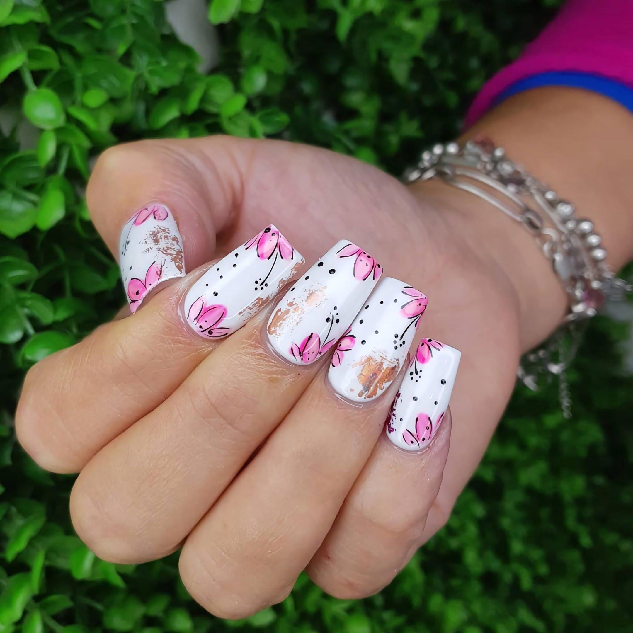 Белые ногти с цветочным маникюром