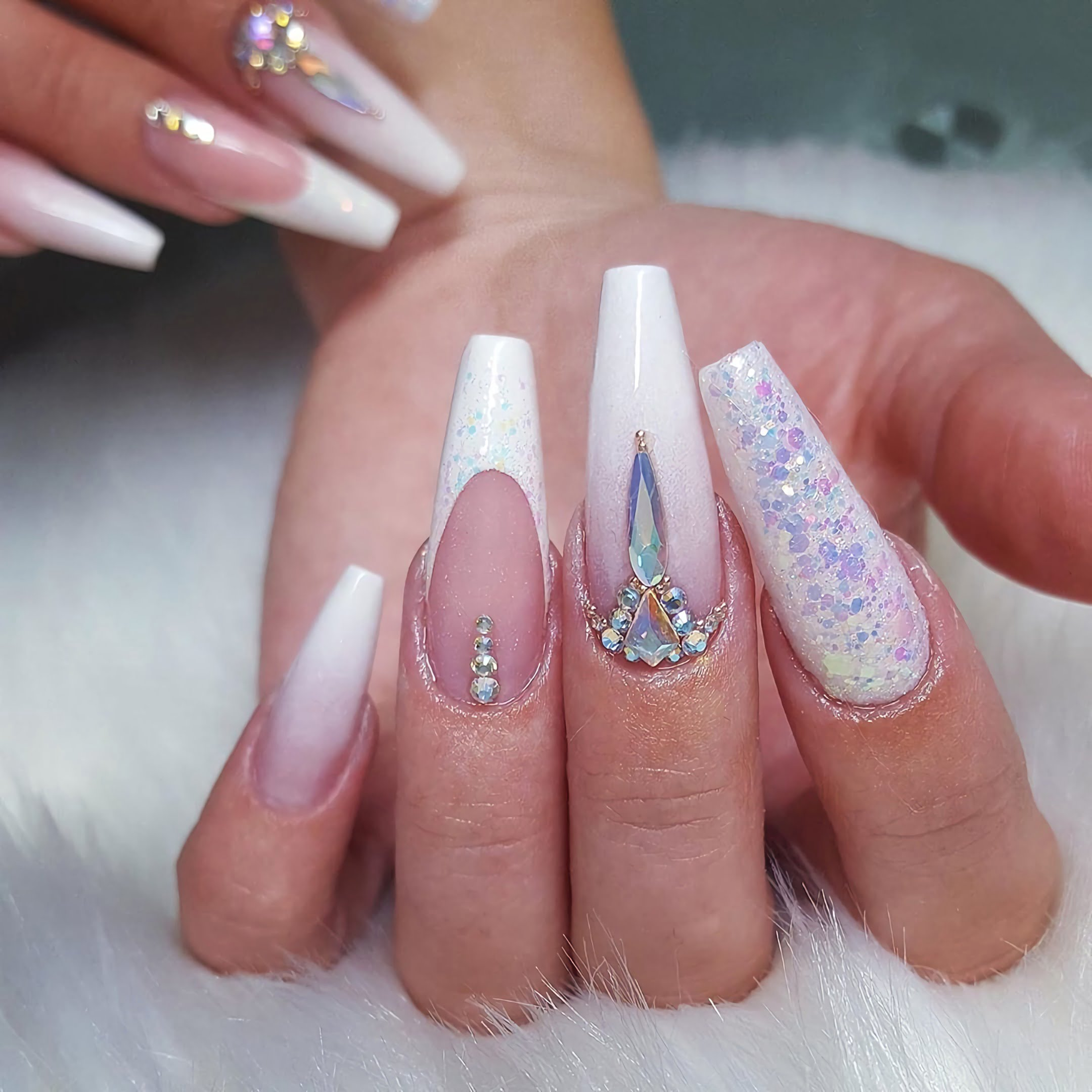 Белые ногти с бриллиантами