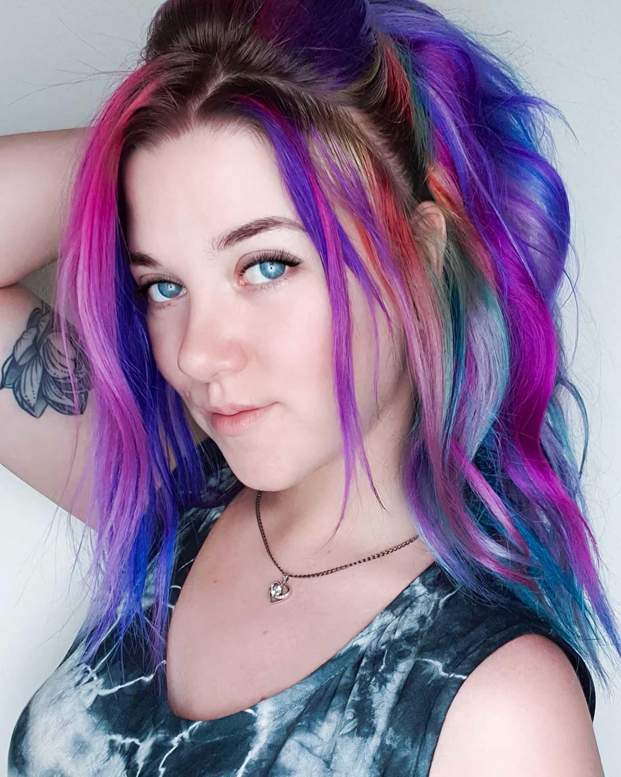 красивая прическа с радужными волосами
