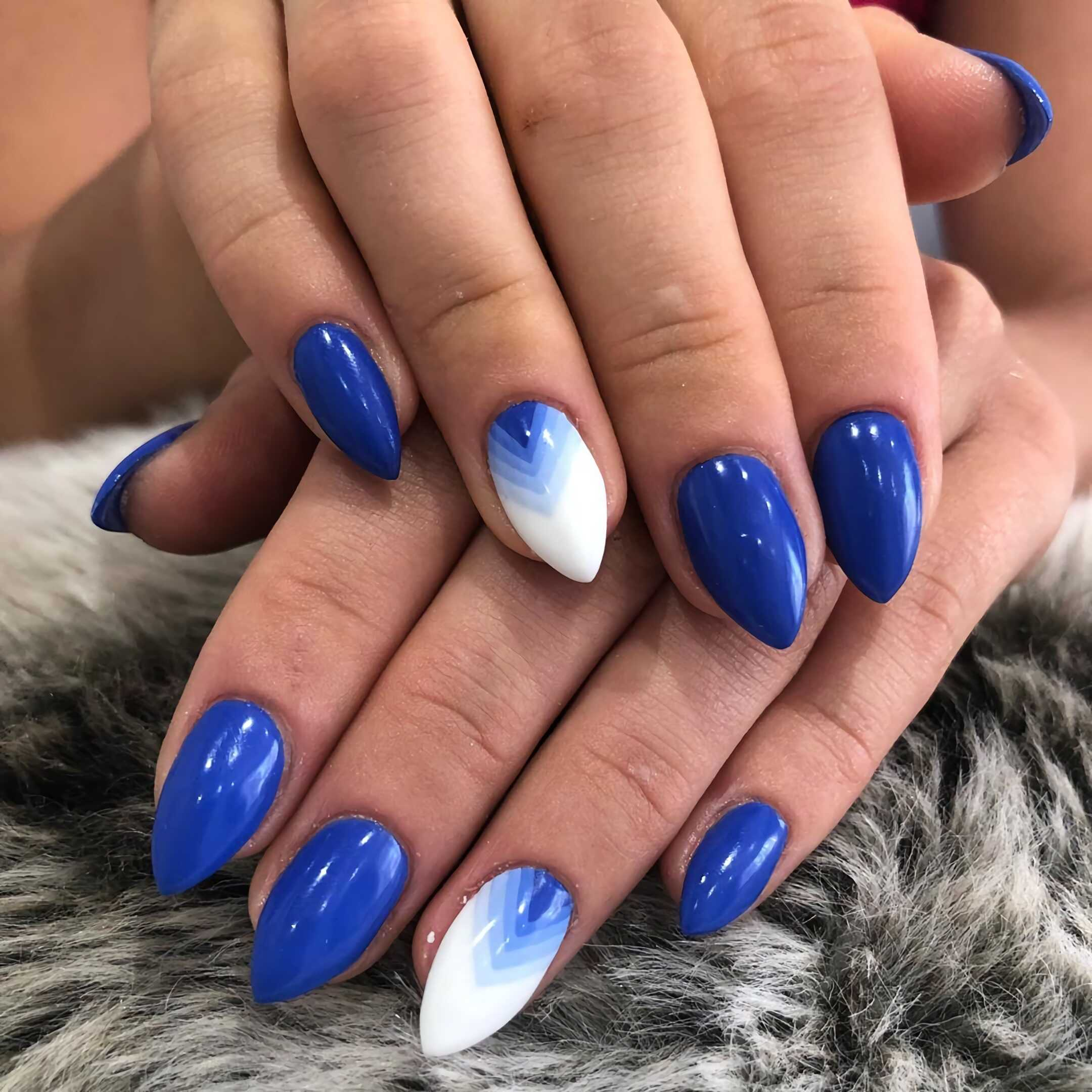 красивый маникюр с белыми и голубыми ногтями