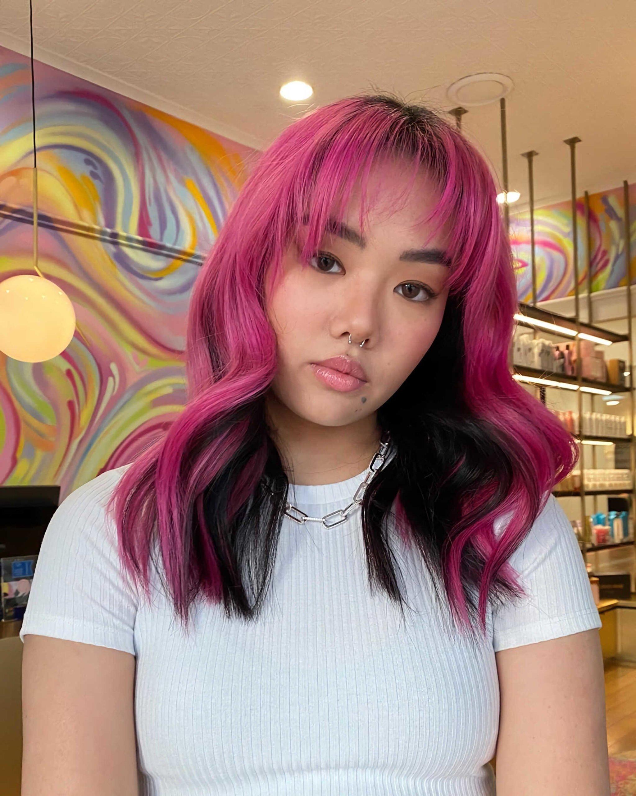 классная прическа с розовыми волосами в стиле e-girl