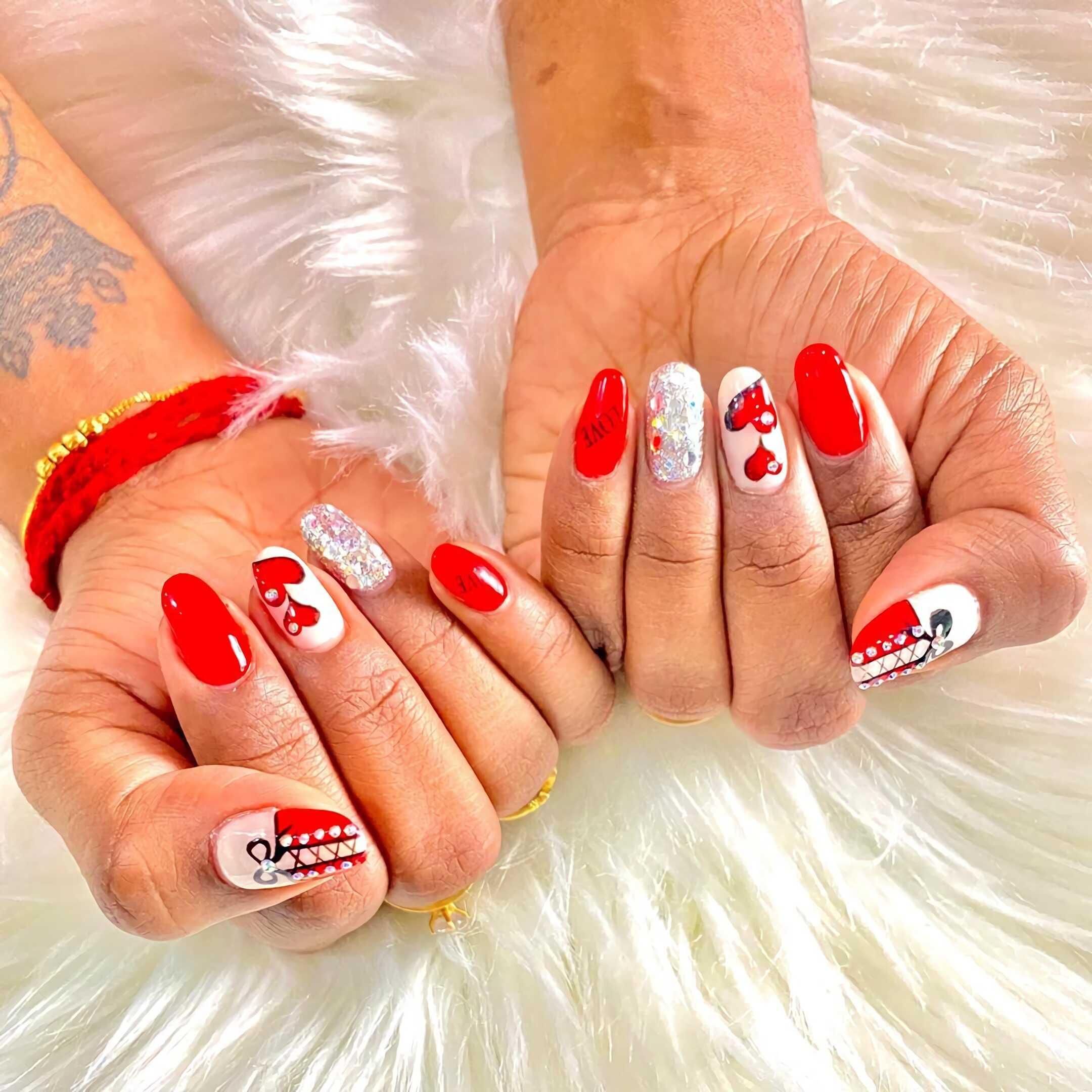 белый и красный маникюр с сердечками