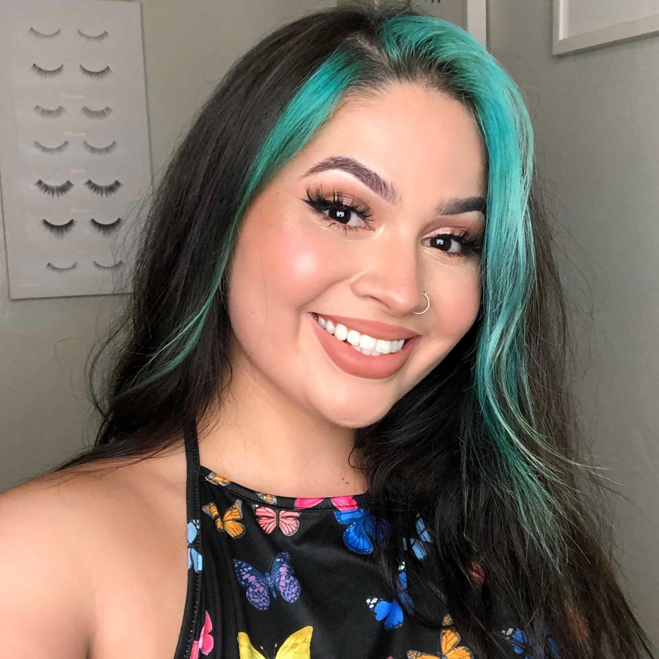 синие, яркие волосы с окрашенной челкой