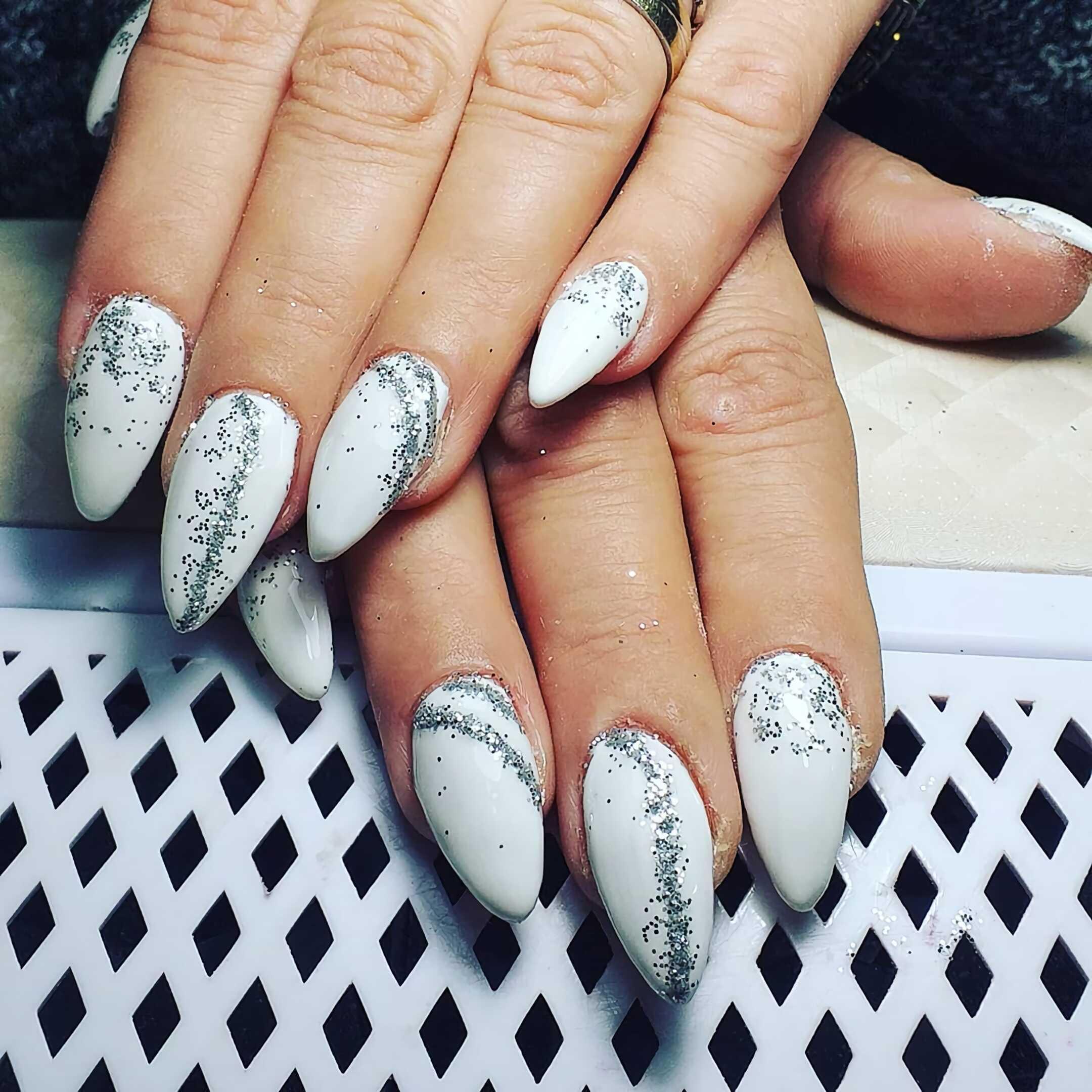 модные белые и серебренные ногти