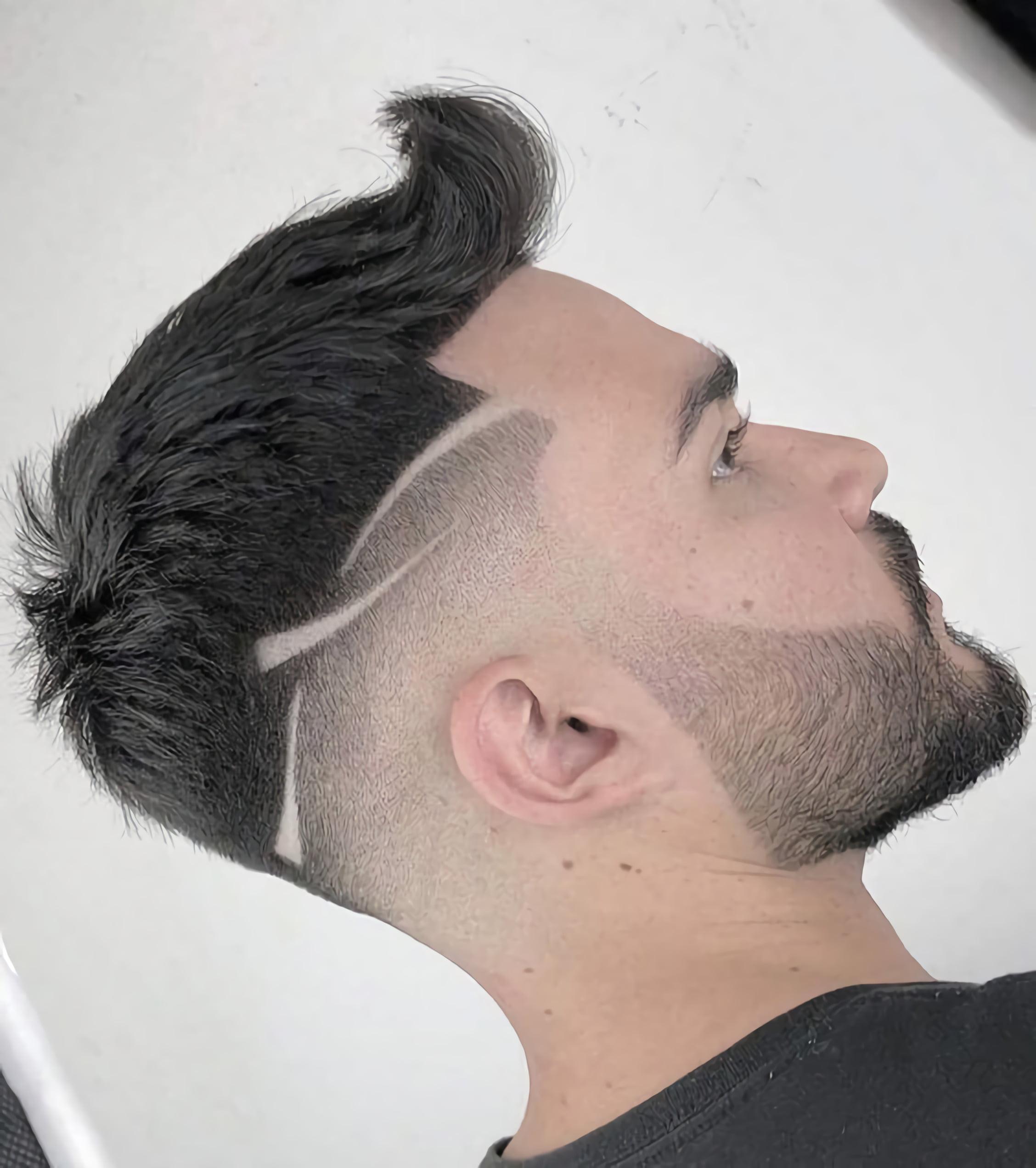 мужская стрижка с простым дизайном волос
