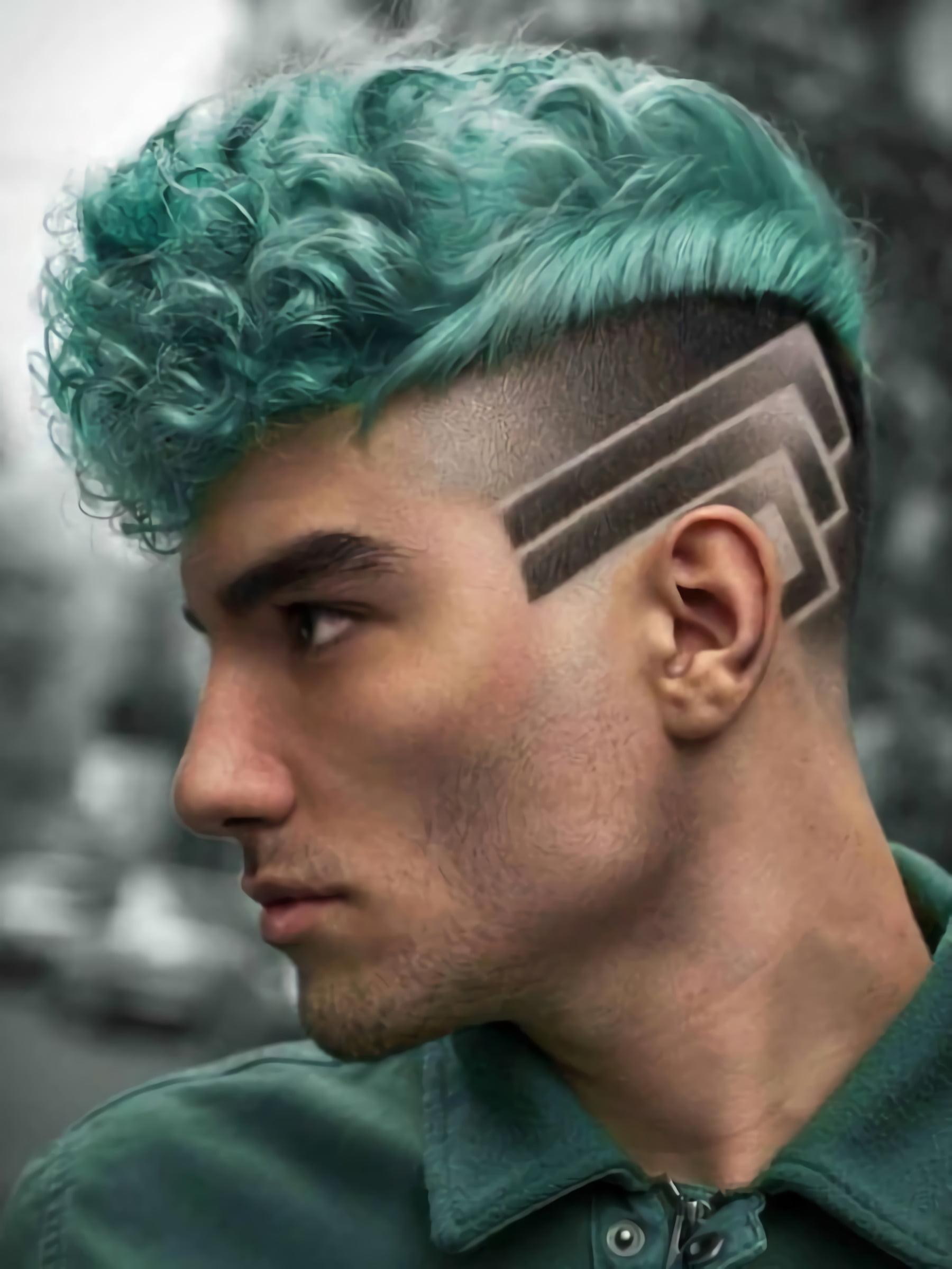 стильная стрижка с зелеными волосами
