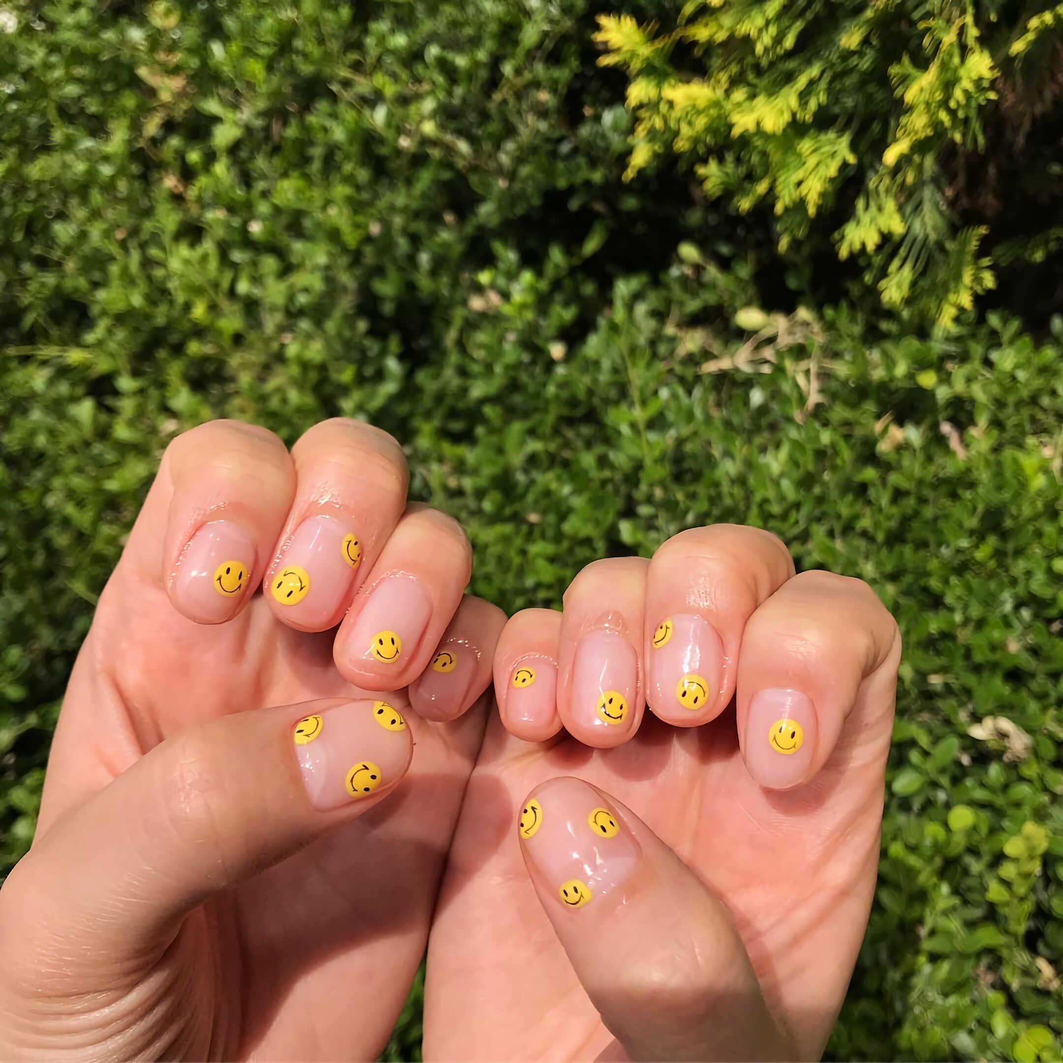 желтые ногти со смайликами