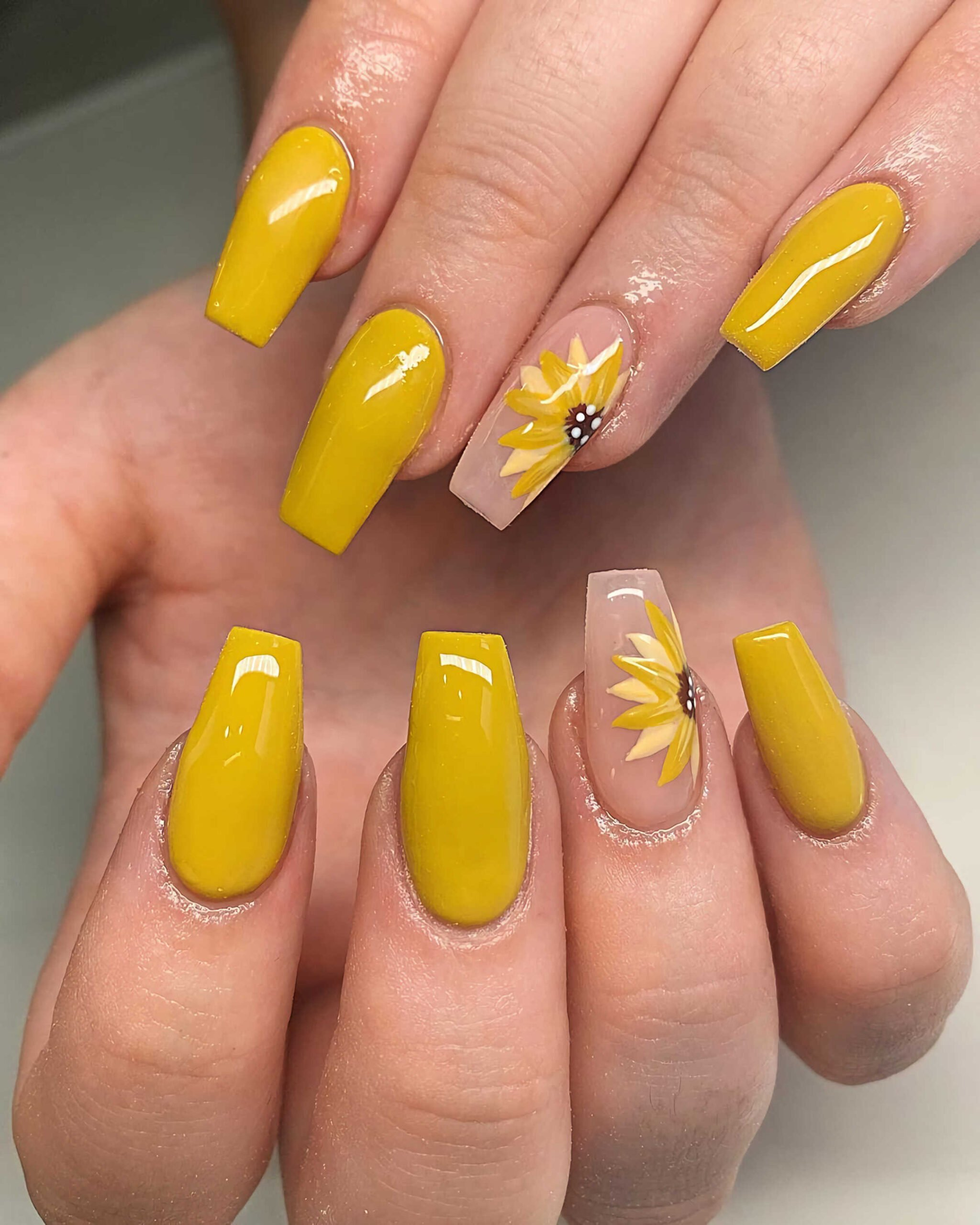 желтый маникюр с подсолнухом
