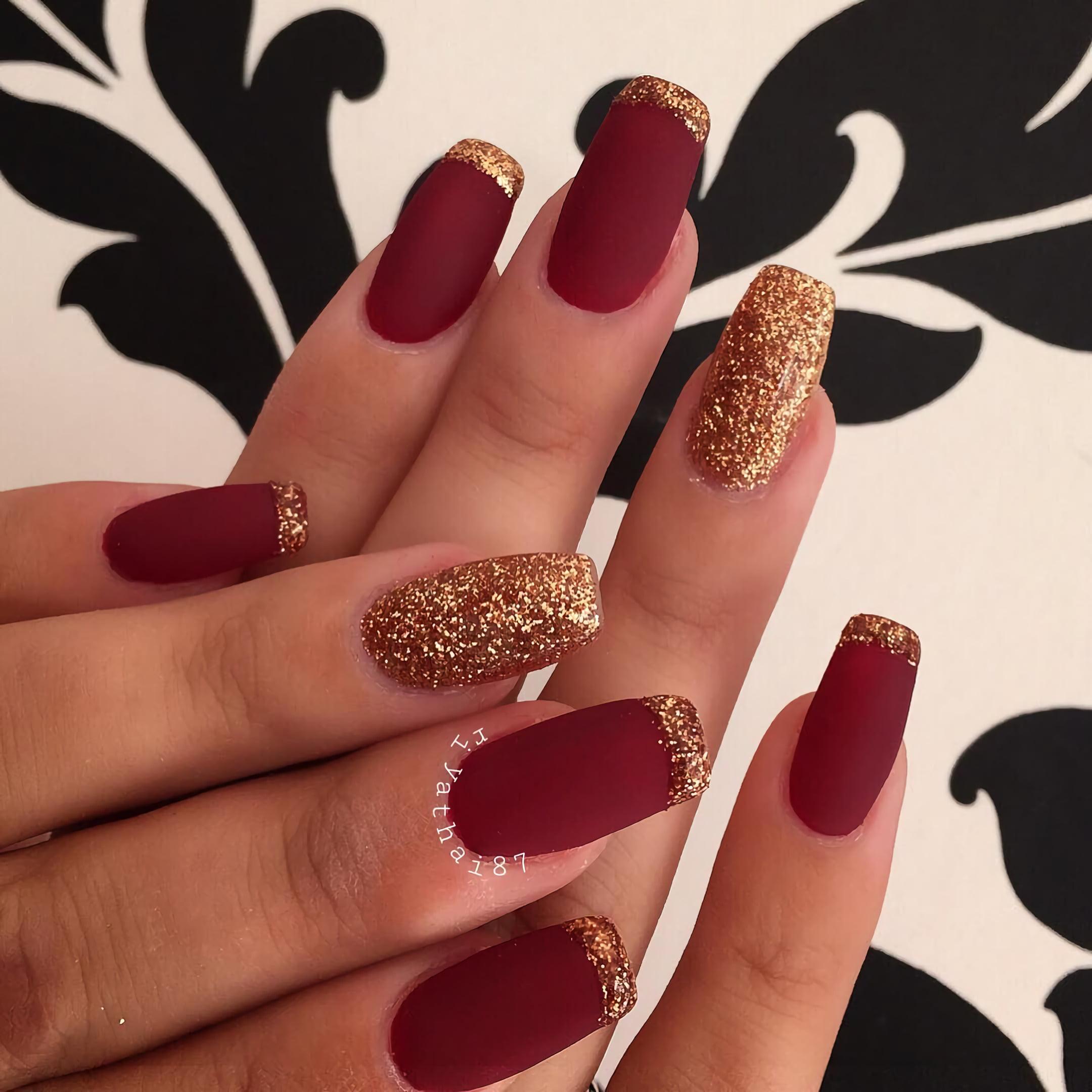 Красивые темно-бордовые ногти с золотыми кончиками