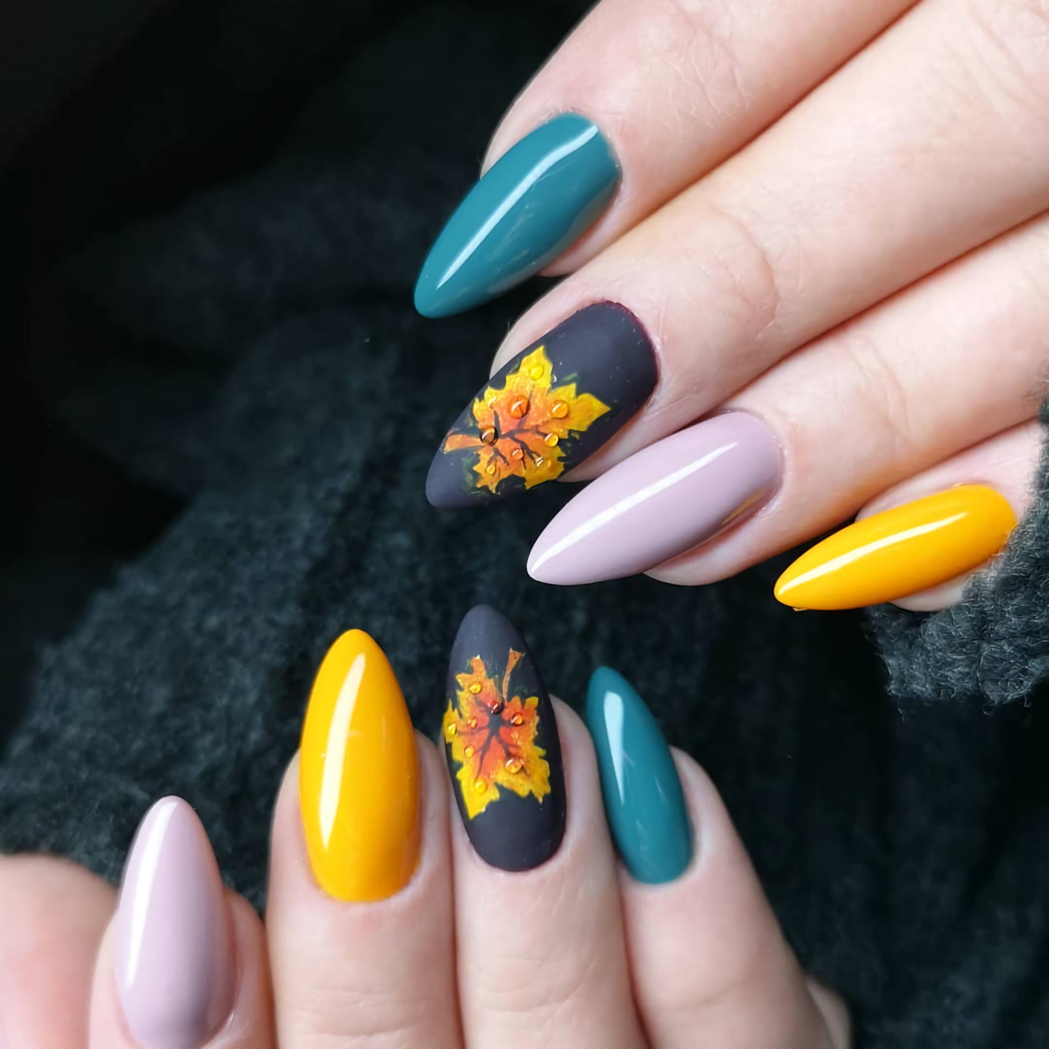 Красивая наклейка листьев на ногтях