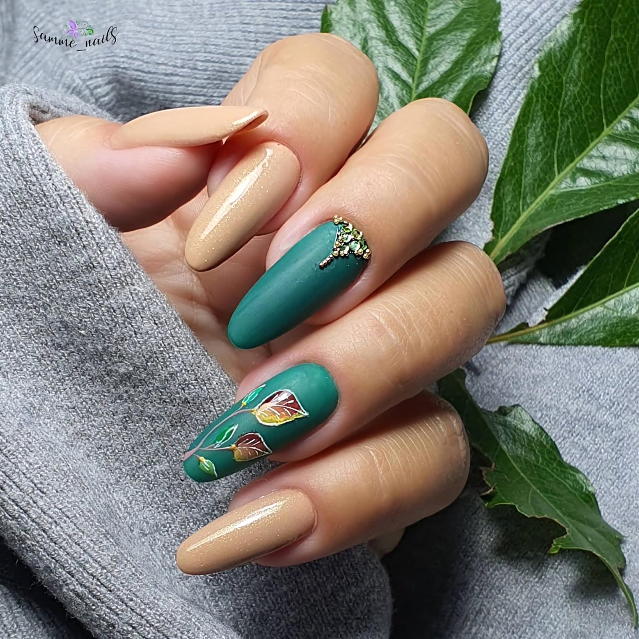 Бежевый маникюр с зелеными акцентными ногтями