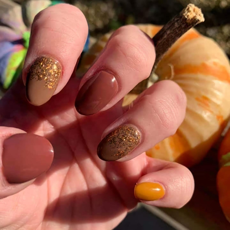 Коричневые, золотые и блестящие ногти