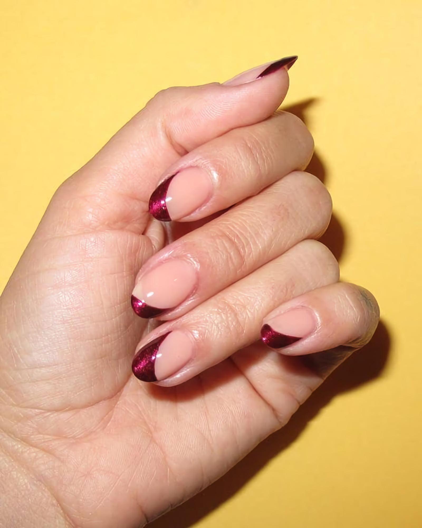 Бордовые ногти с металлическими кончиками