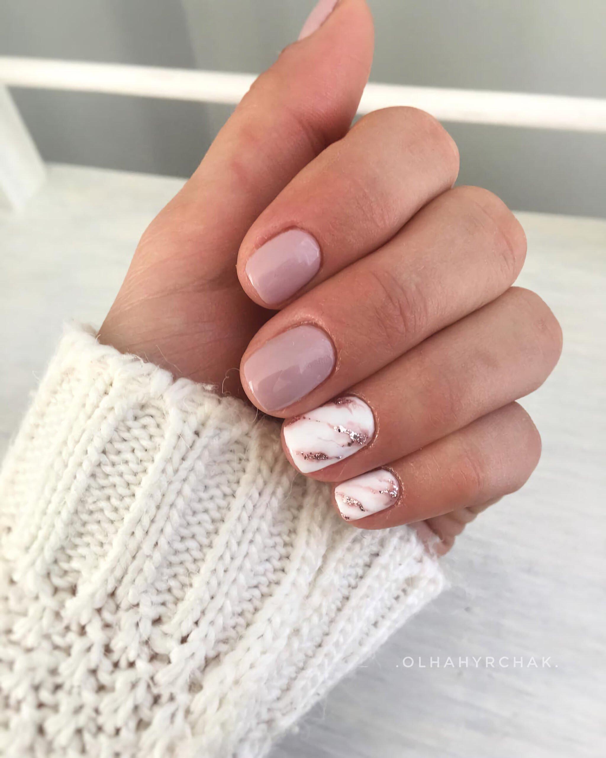 Нюдовые ногти с мраморным дизайном