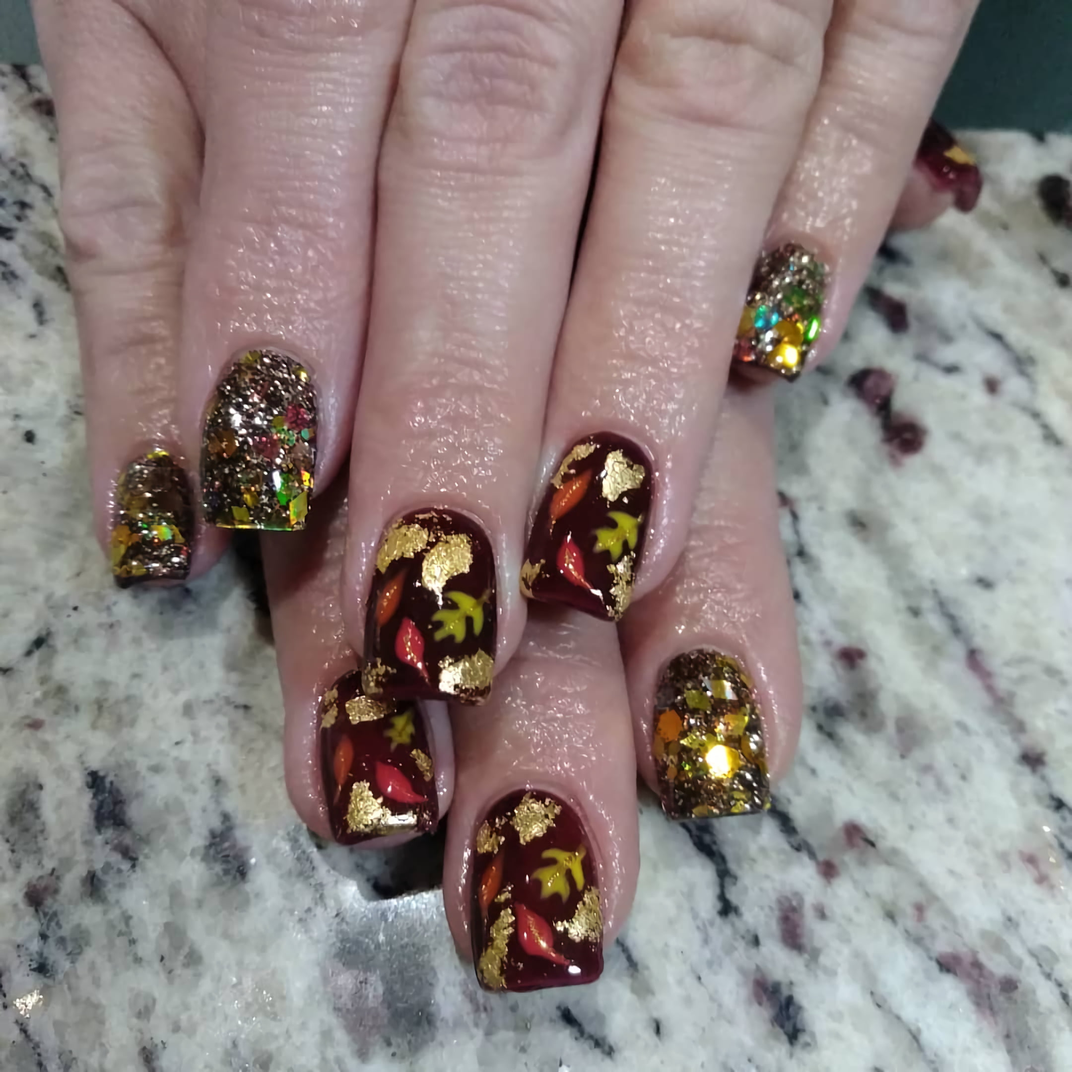 Веселые ногти с дизайном осенних листьев