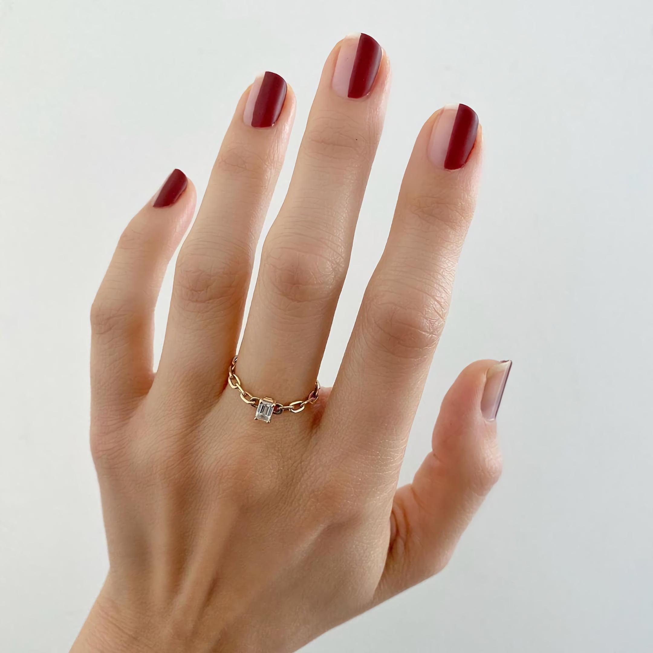 Ногти с половиной бордового цвета