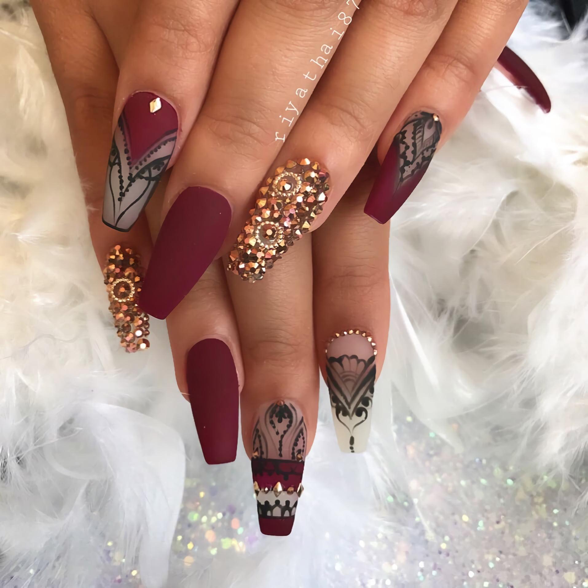 Бордовые ногти с ручными рисунками