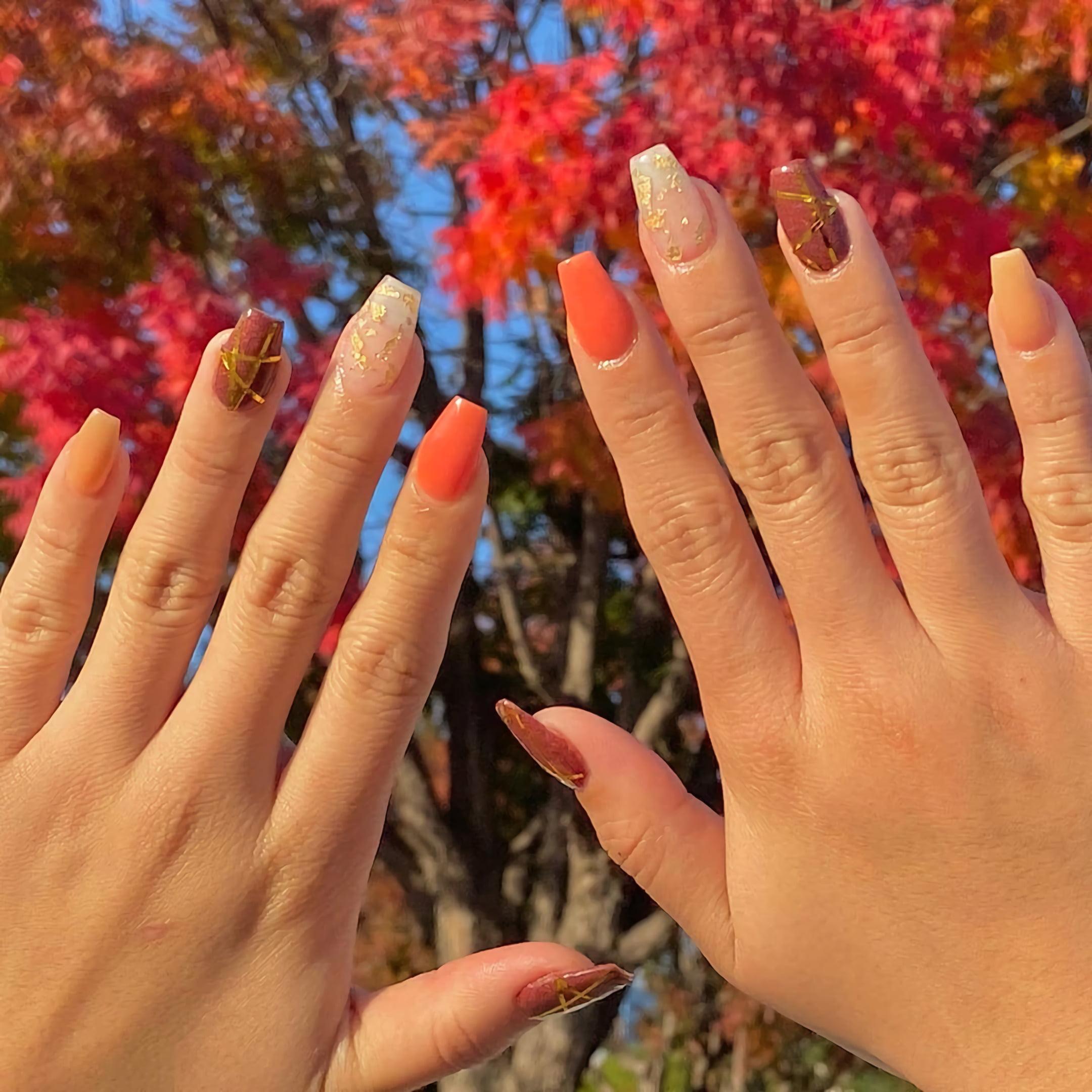 Маникюр с золотым листьям