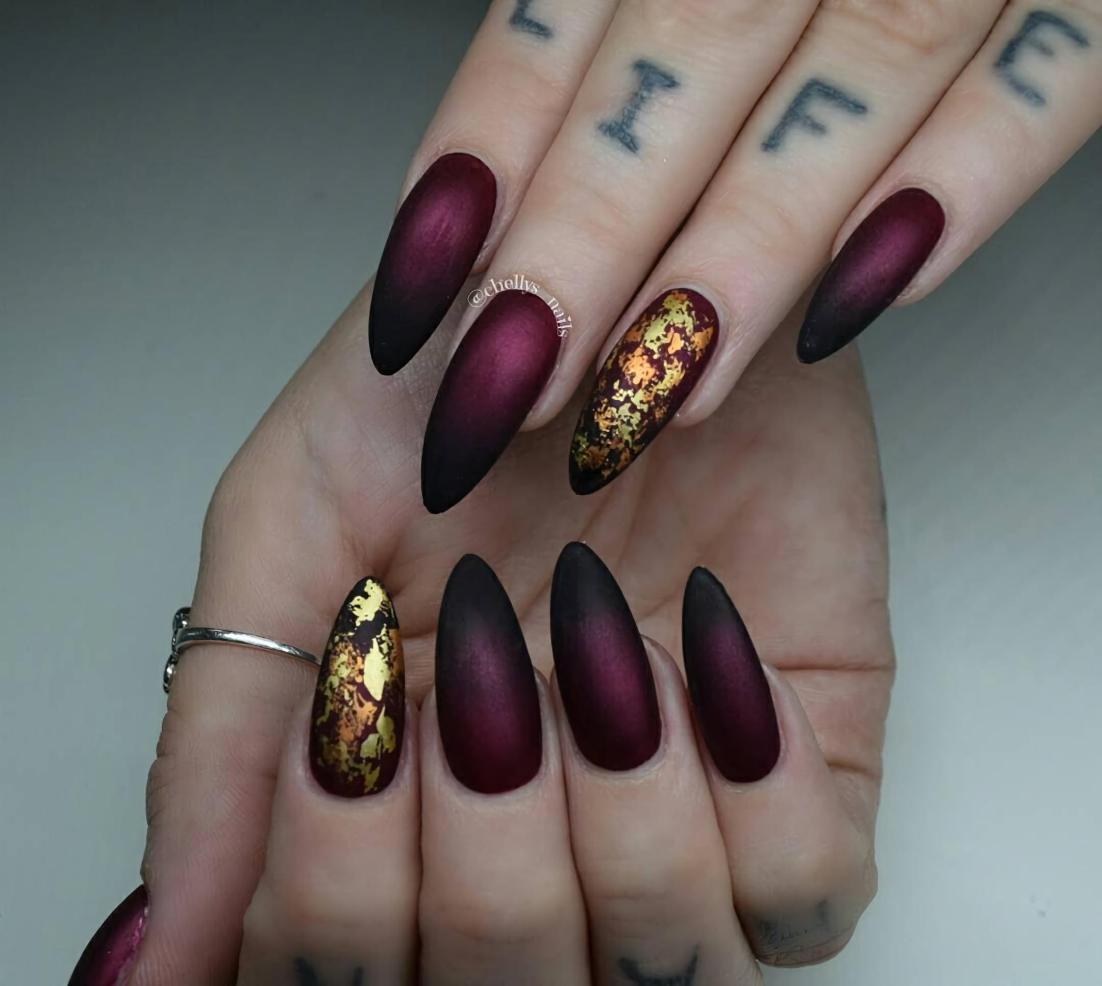 Темно-бордовые ногти с орнаментом