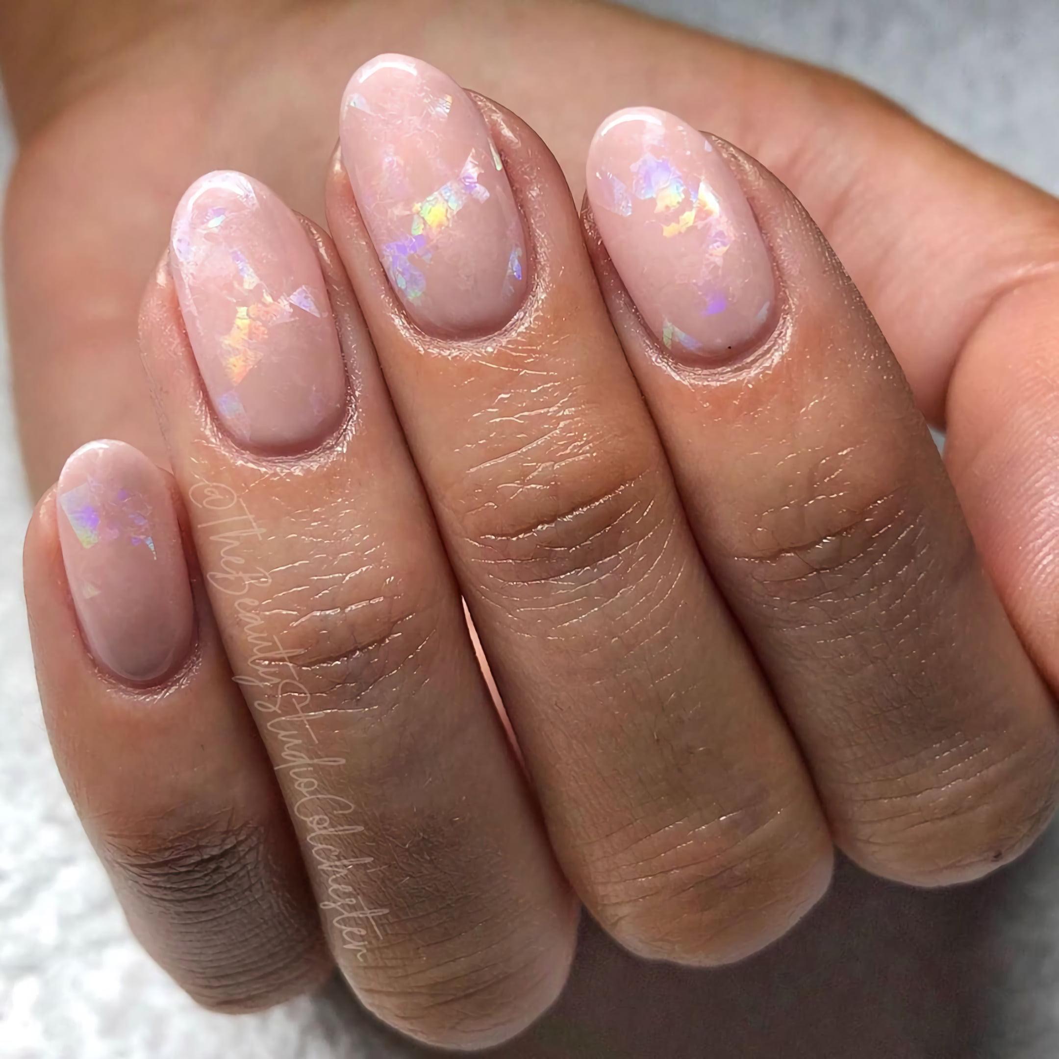 Нюдово-перламутровые ногти