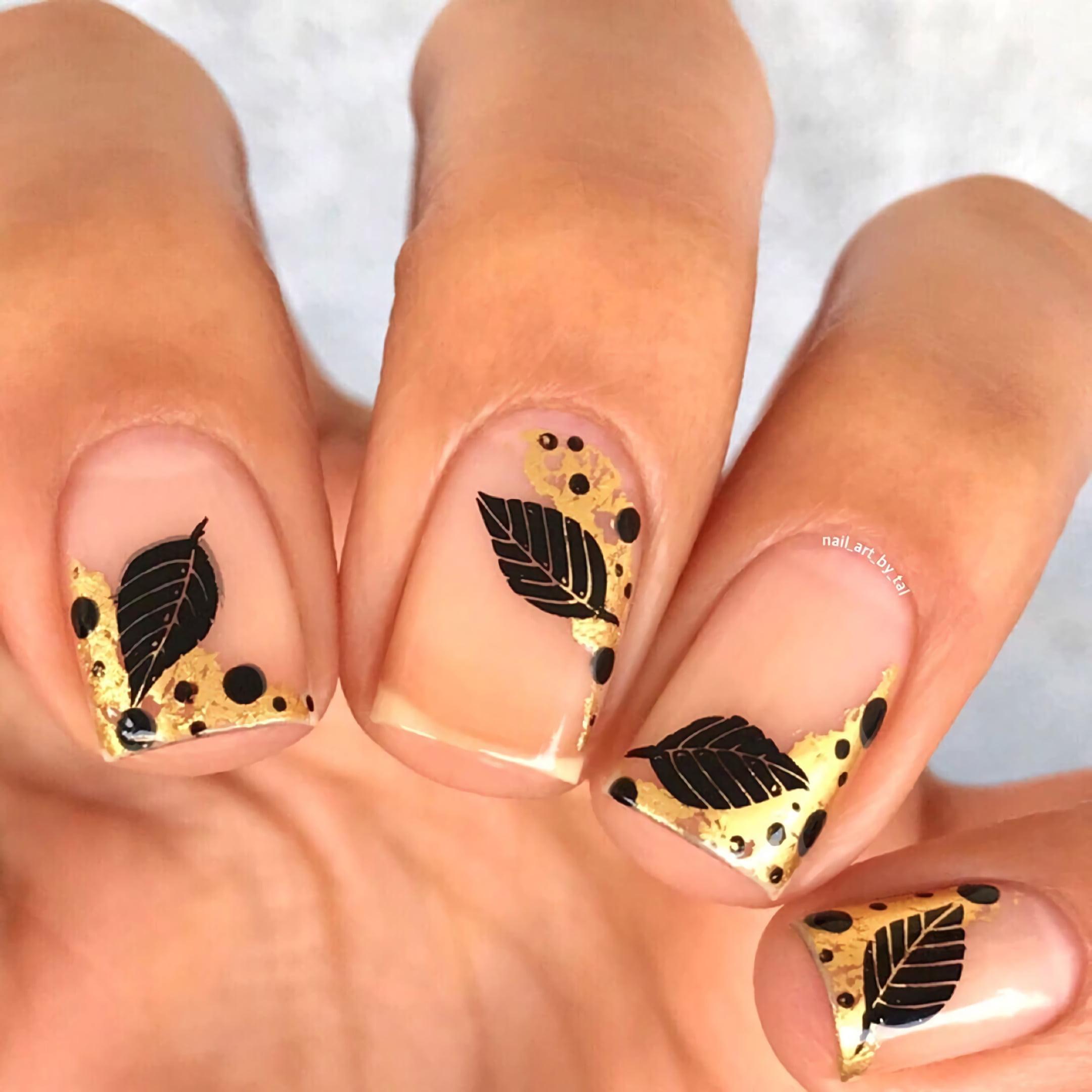 Ногти с черными и золотыми листьями