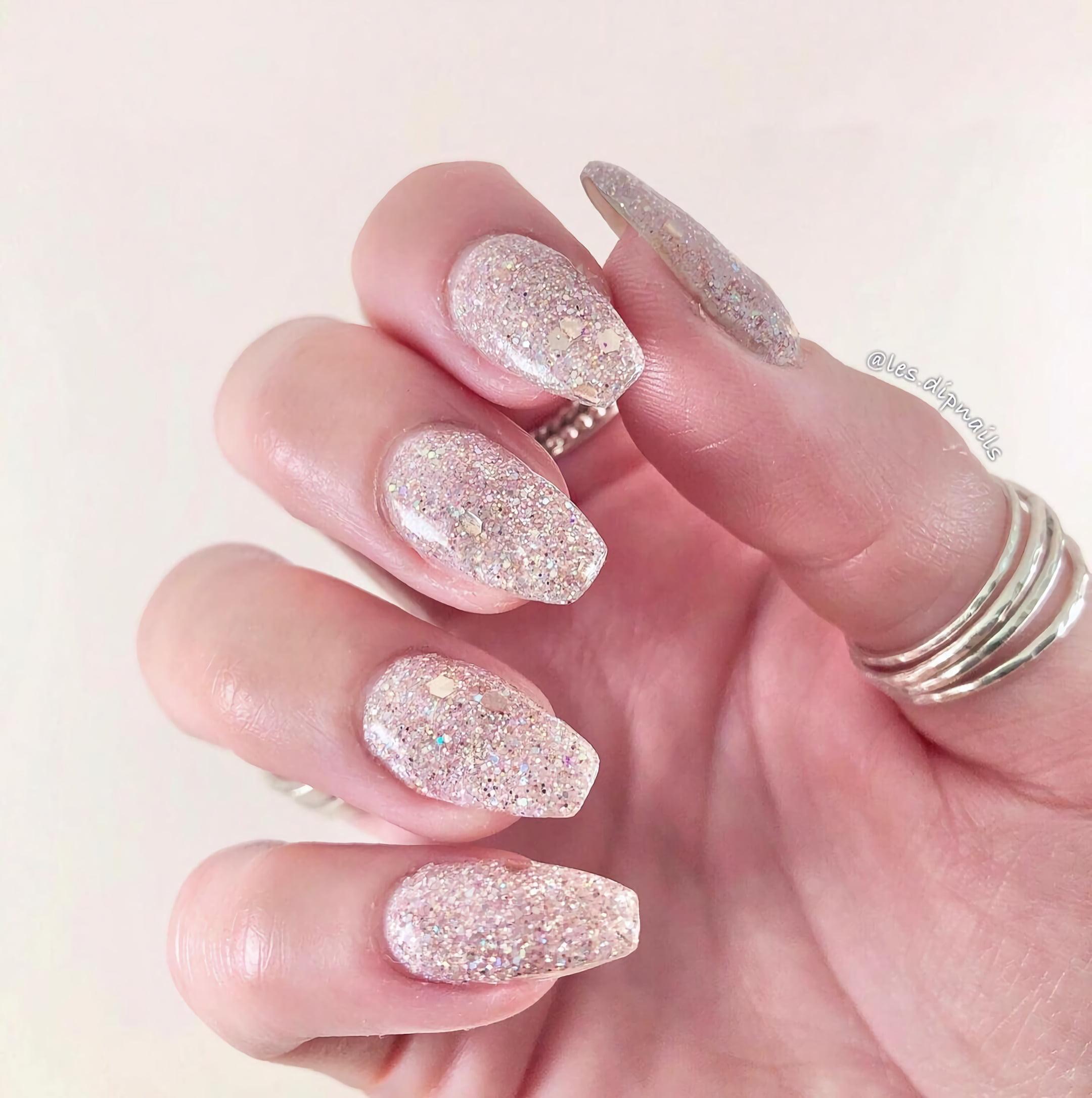 Нюдовые ногти с большим количеством блестка