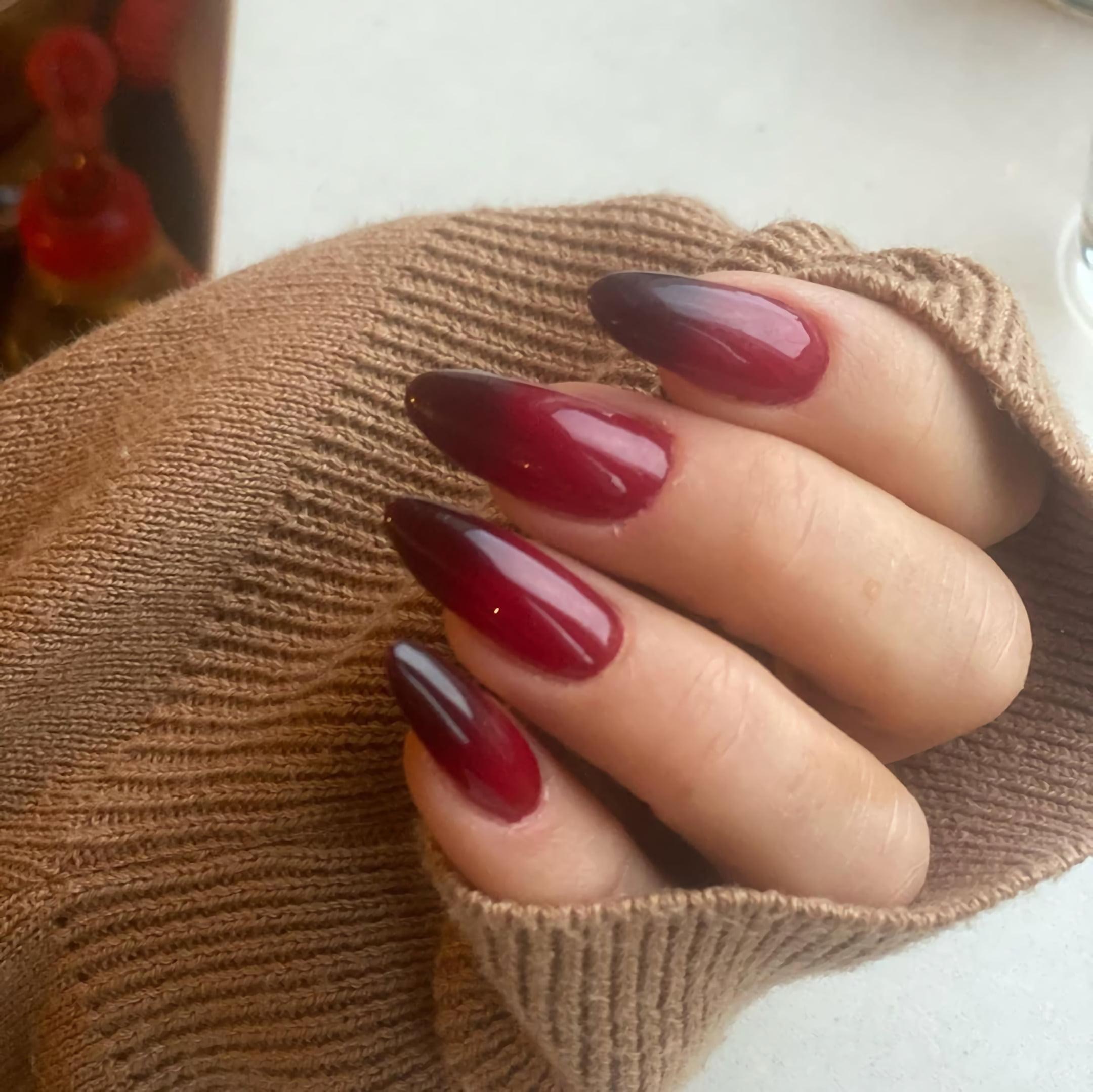 Дизайн ногтей омбре в черном и бордовом цветах