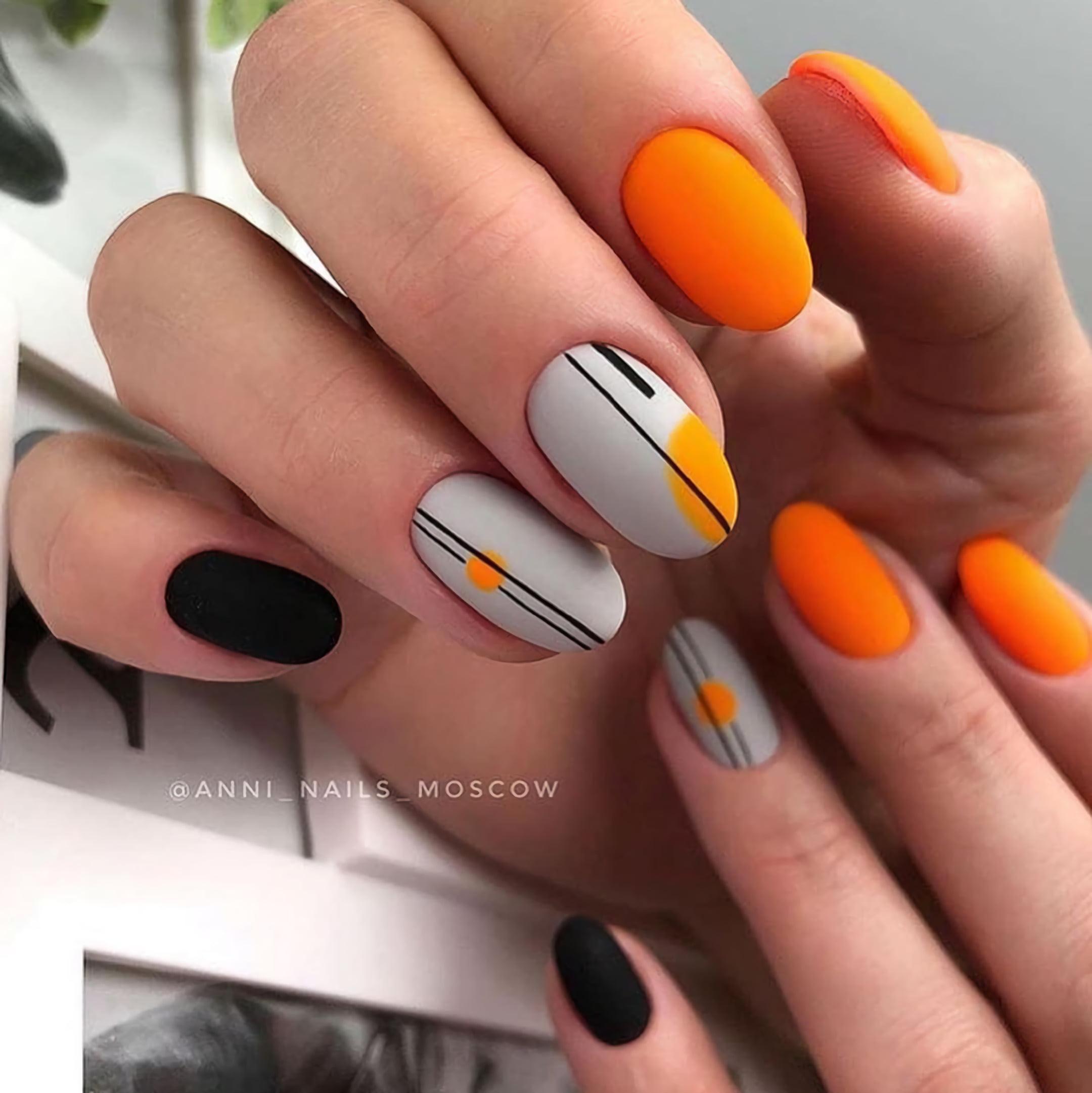 Оранжевый и черный маникюр с современным узором