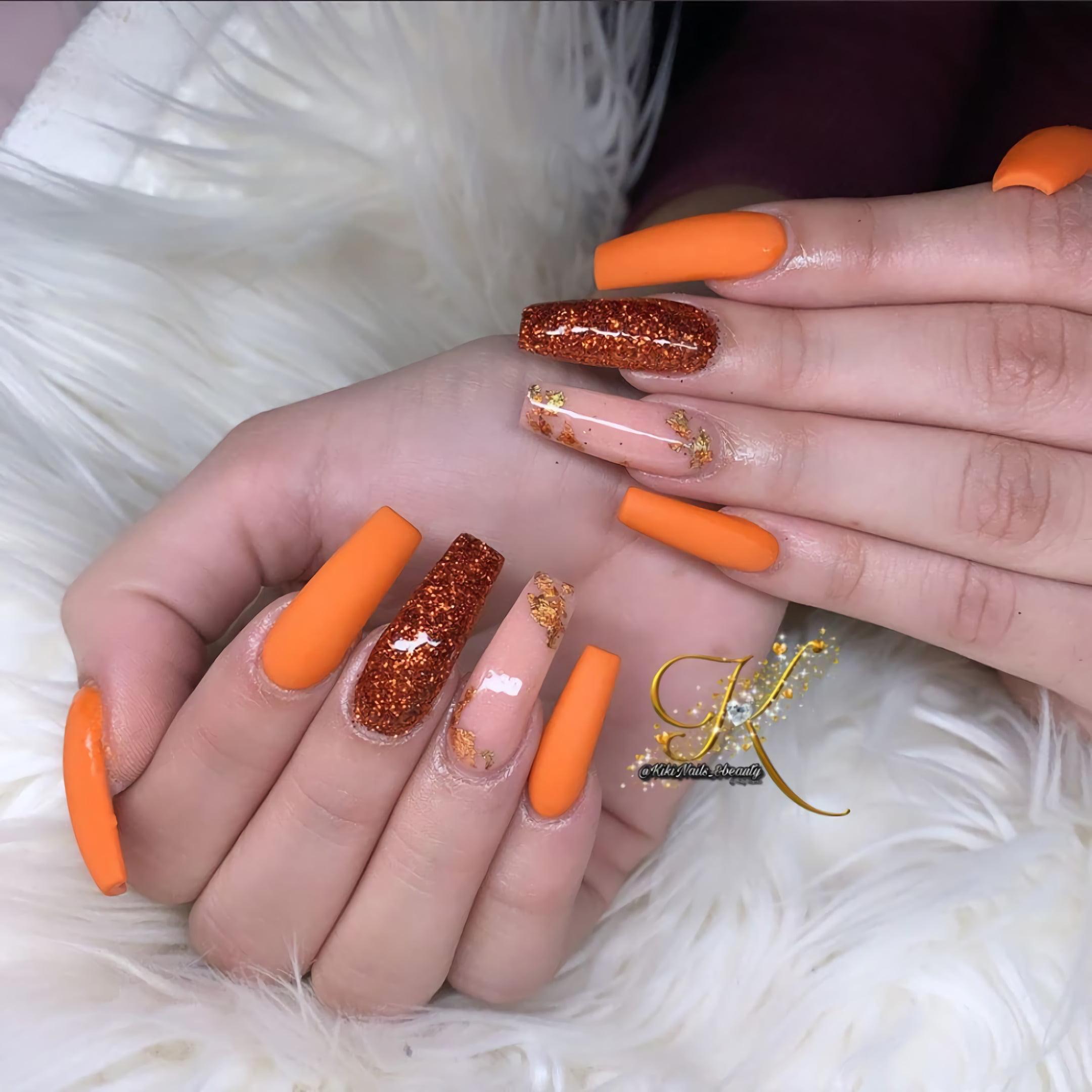 Апельсиновый маникюр с сусальным золотом