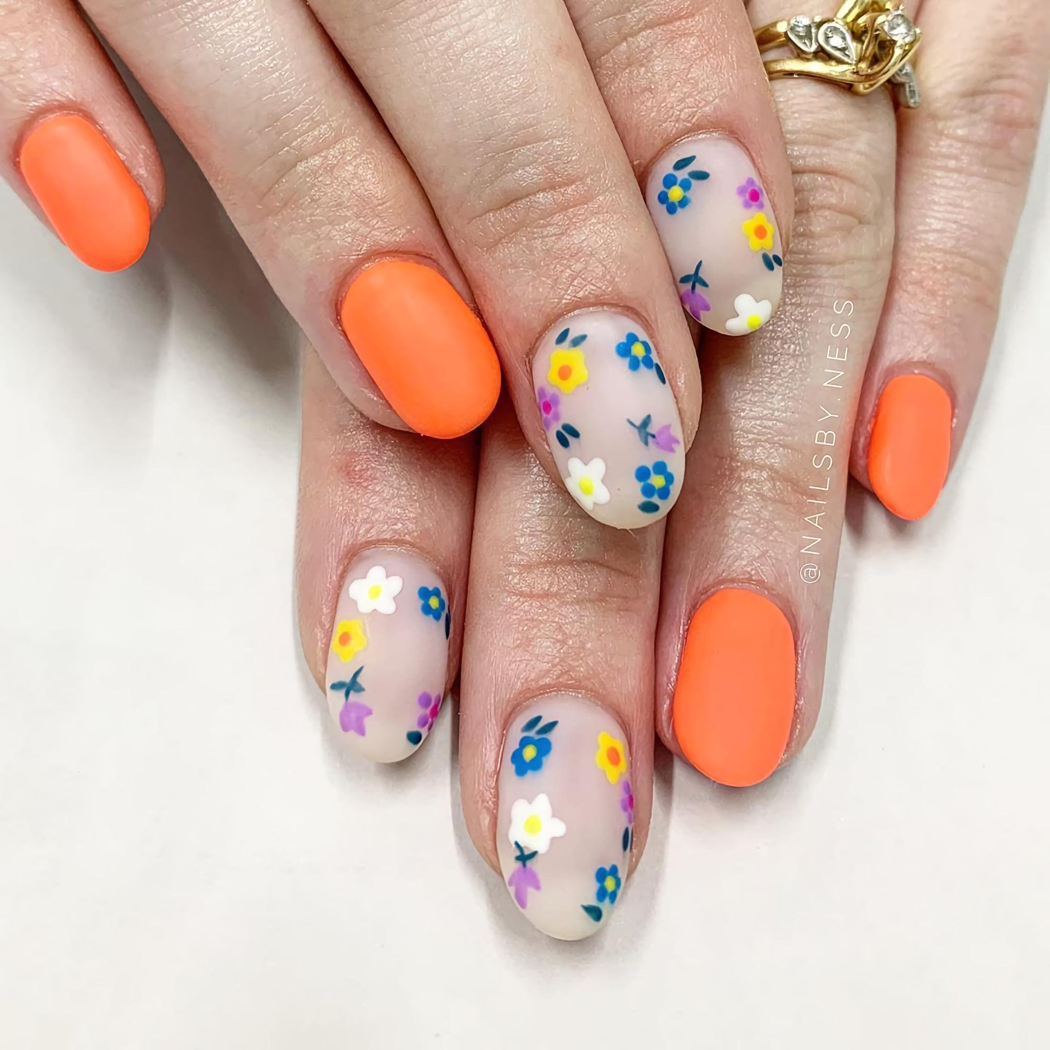 Оранжевые ногти с цветами