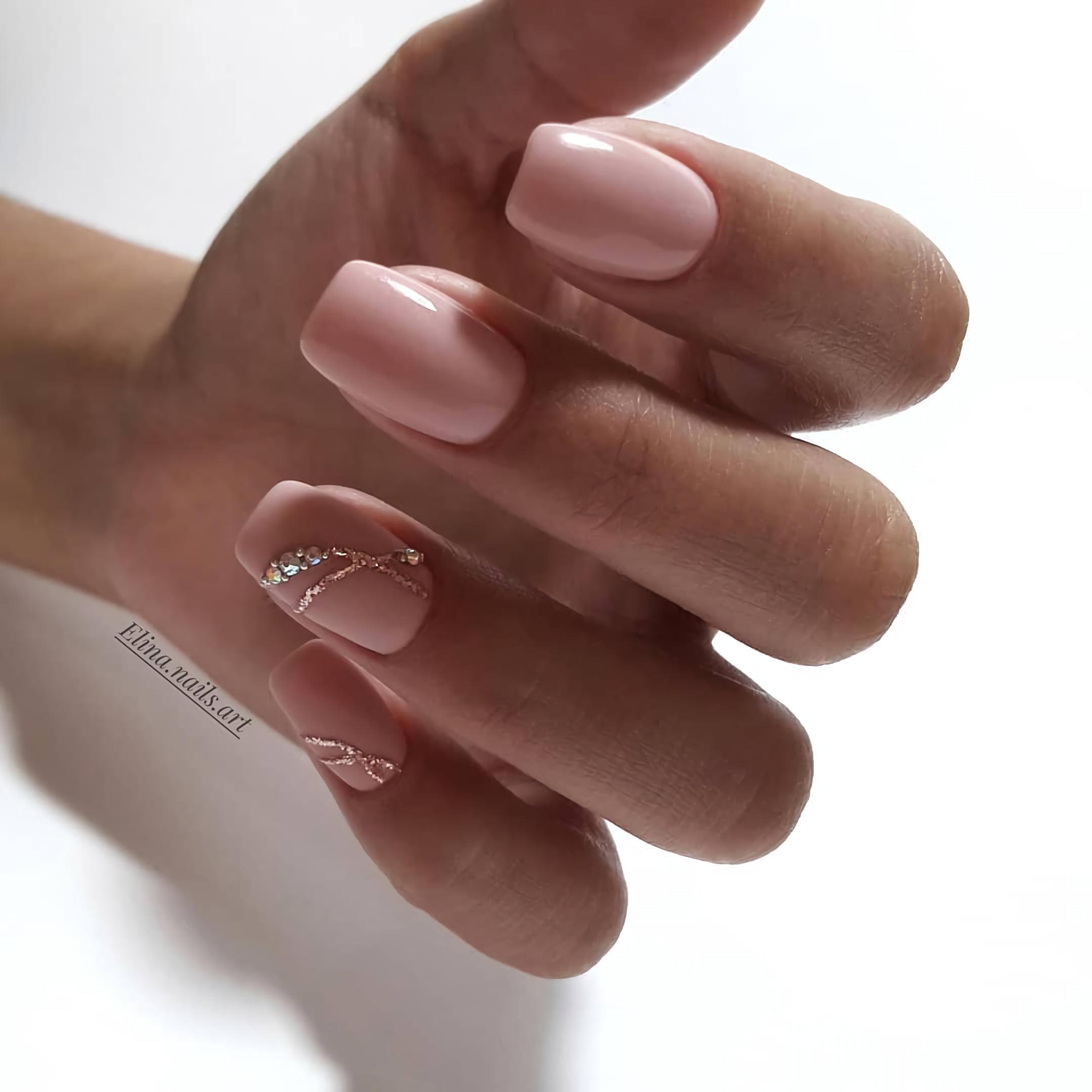 Нежно-розовый нюдовый маникюр