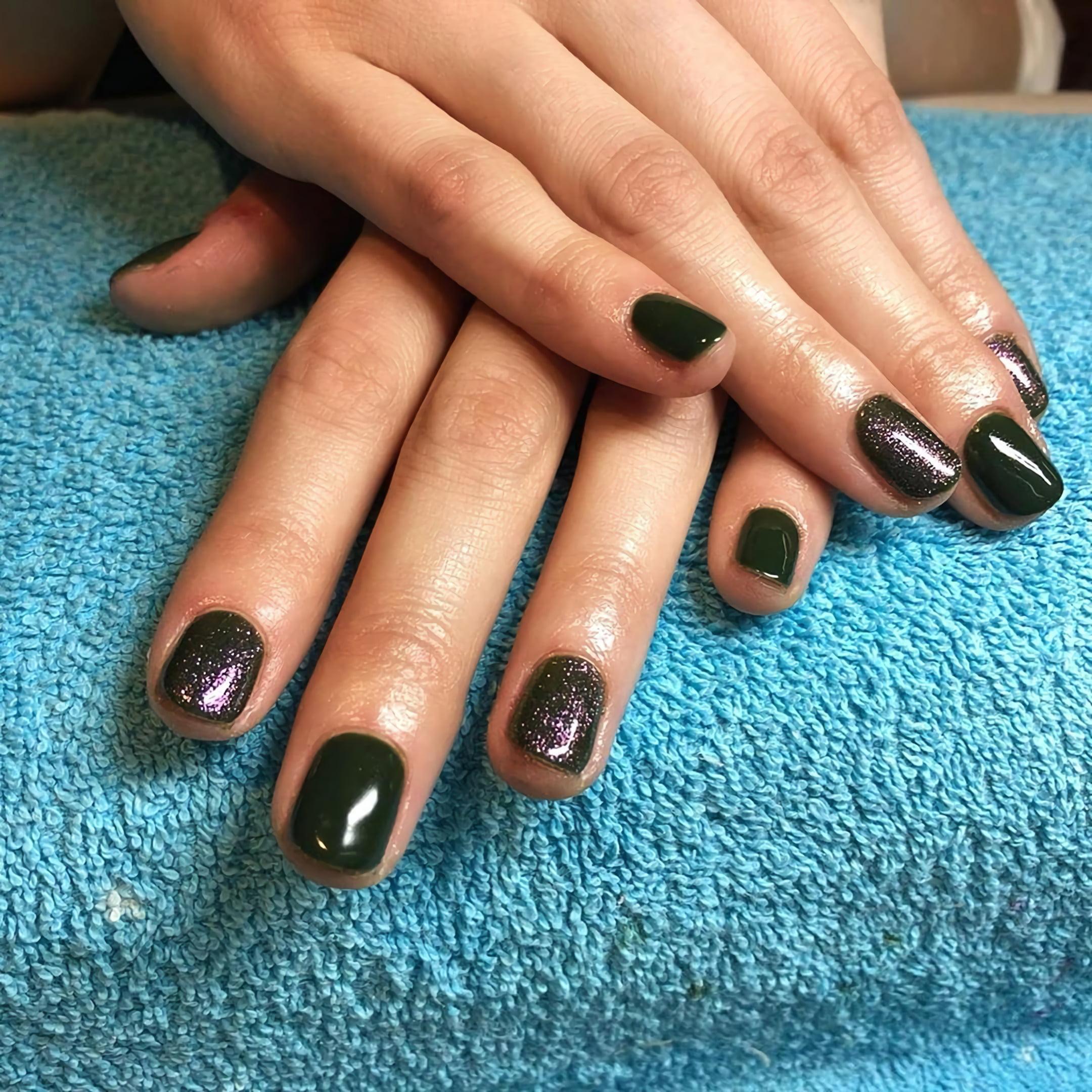 Короткие черные ногти с серыми блестками